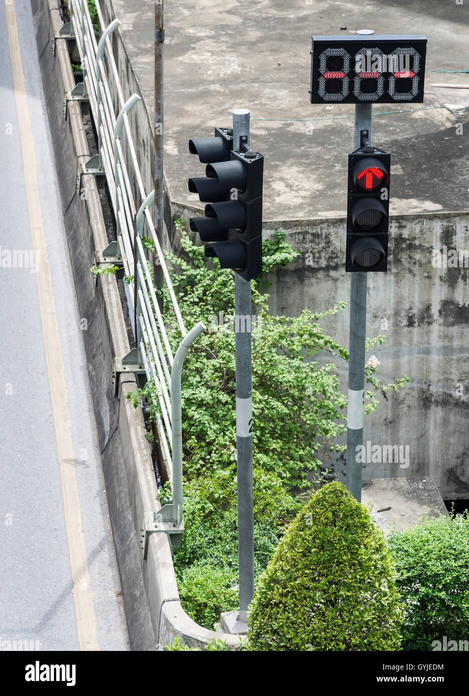 Feu de circulation poteau avec affichage numérique dans l'intersection de la zone urbaine. Photo Stock