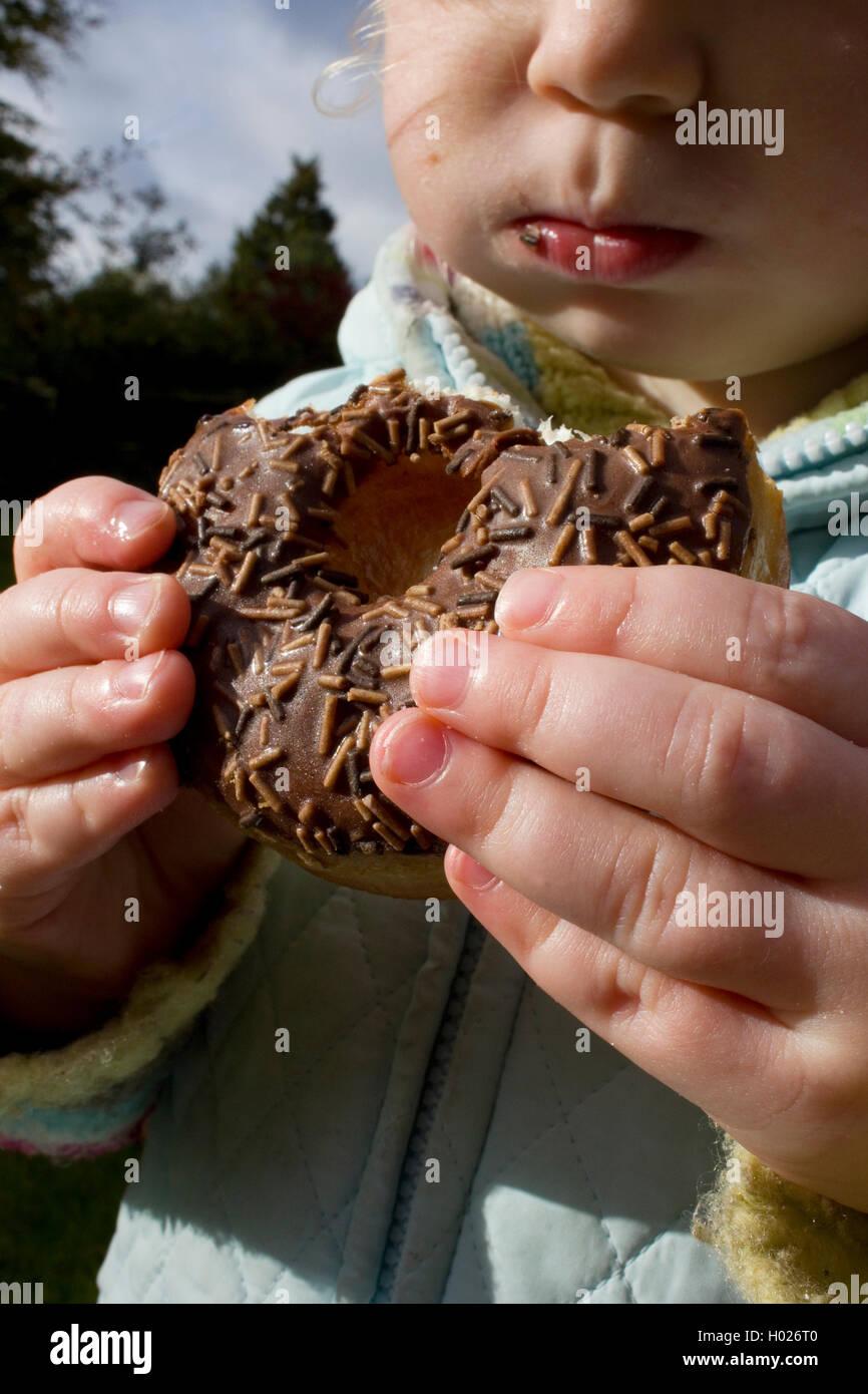 Fille de manger et de consommer des aliments malsains Photo Stock