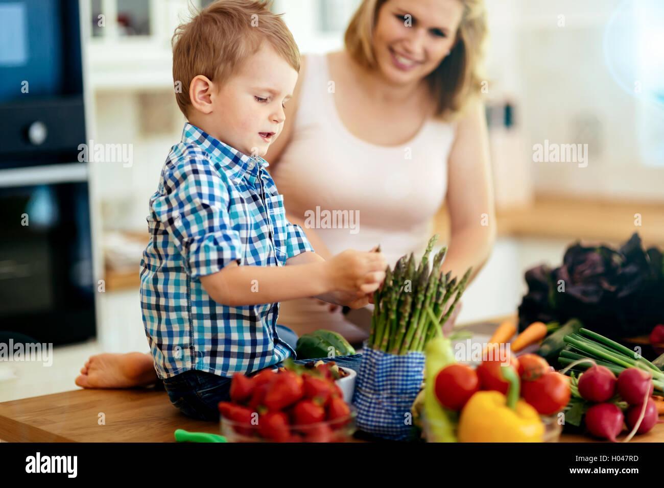 La mère et l'enfant préparer le déjeuner dans la cuisine Photo Stock