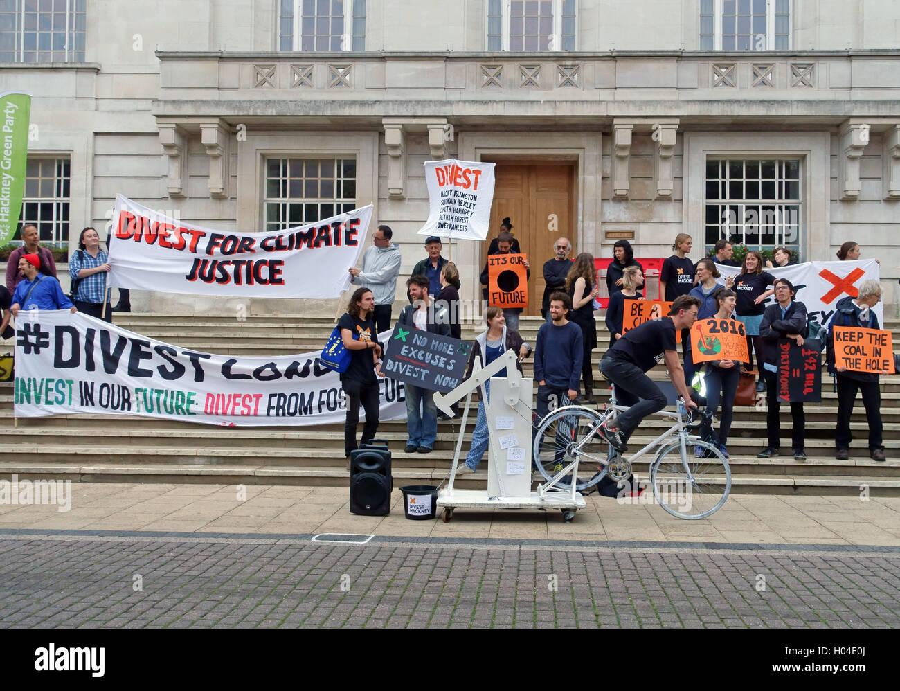 Le changement climatique protestataires manifester contre l'utilisation de combustibles fossiles à l'extérieur Photo Stock