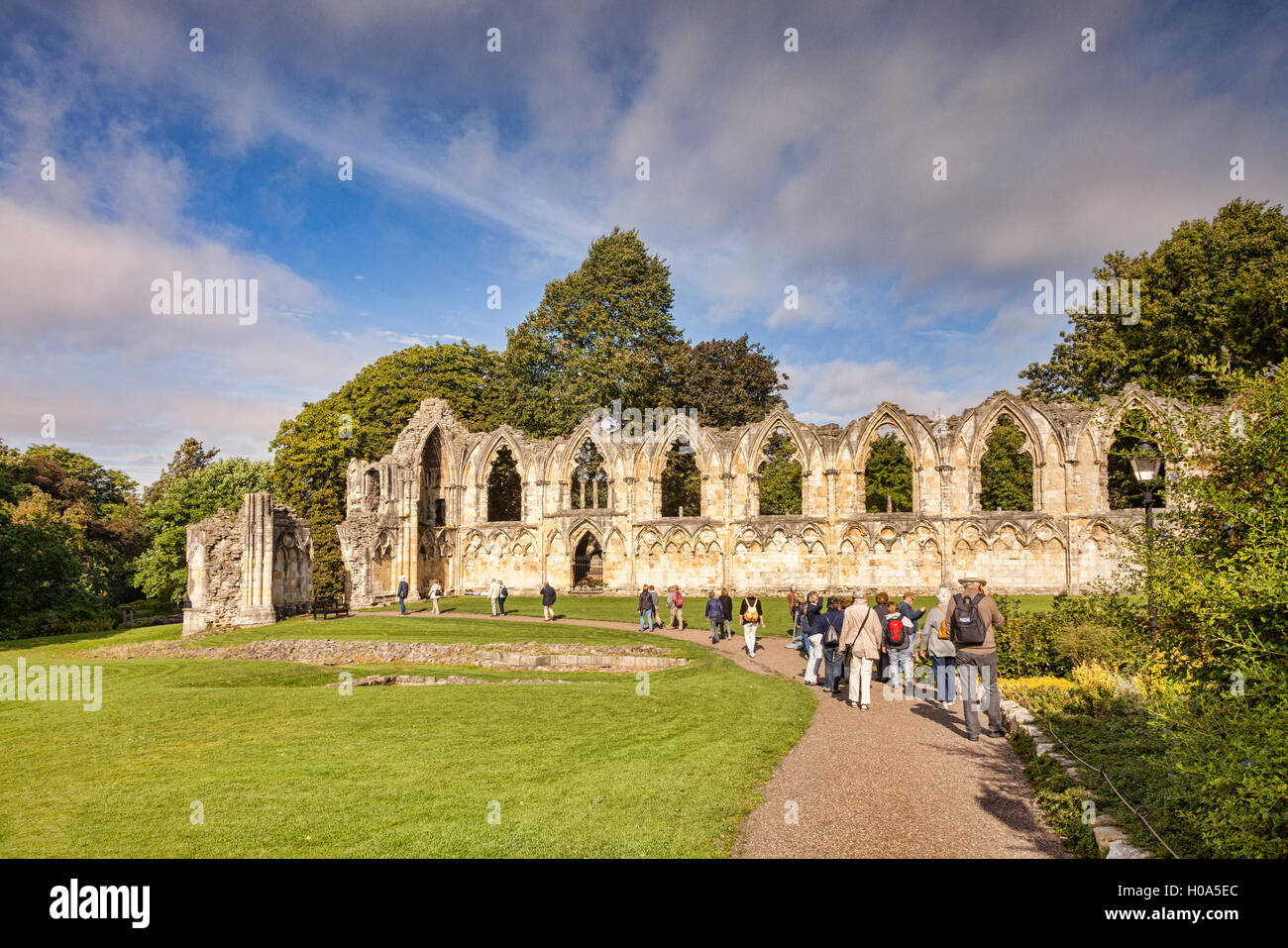 Un groupe de touristes avec un guide parlant l'allemand au St Mary's Abbey, York, North Yorkshire, Angleterre, Photo Stock