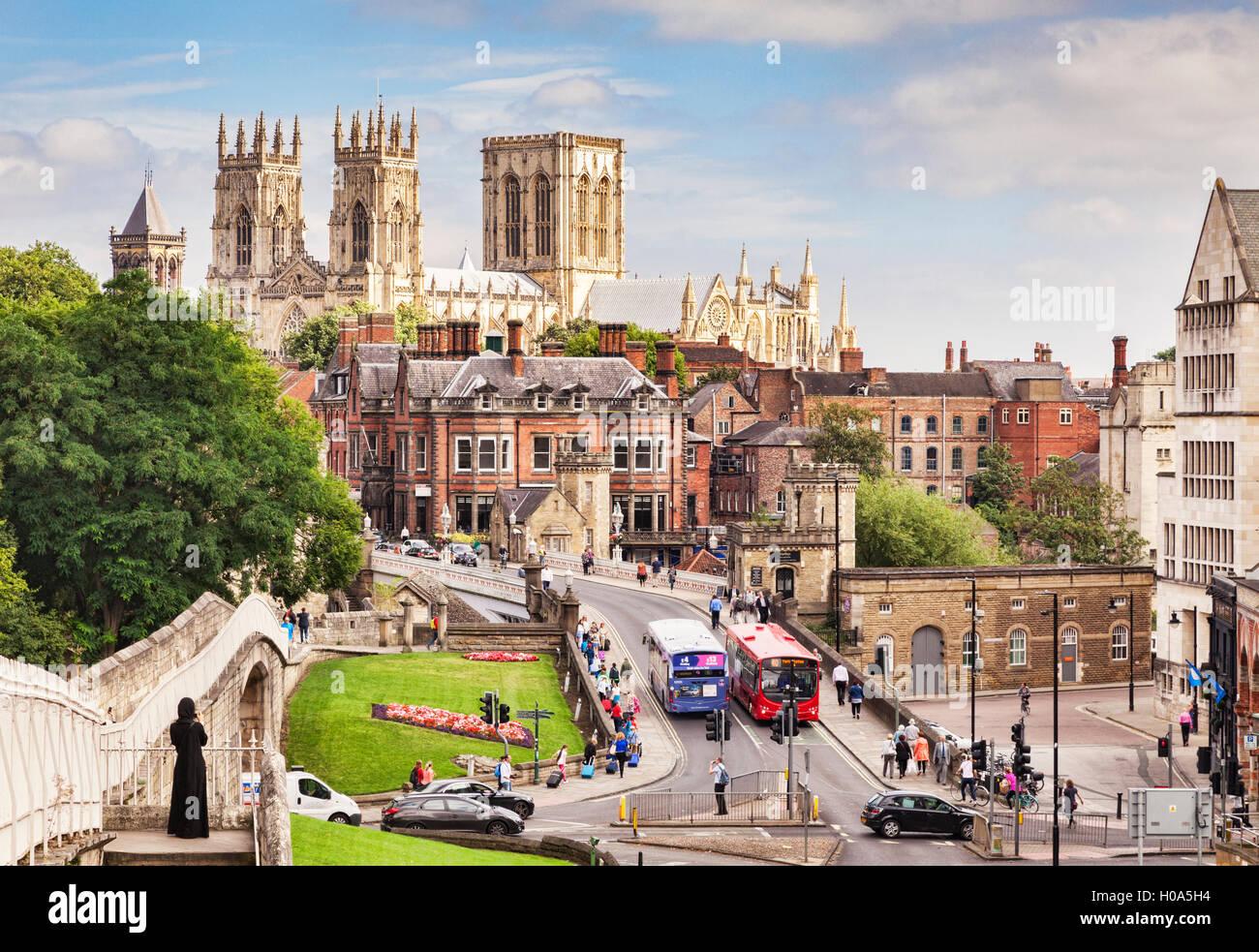 Le centre-ville de York Minster, et Wall, North Yorkshire, England, UK Photo Stock
