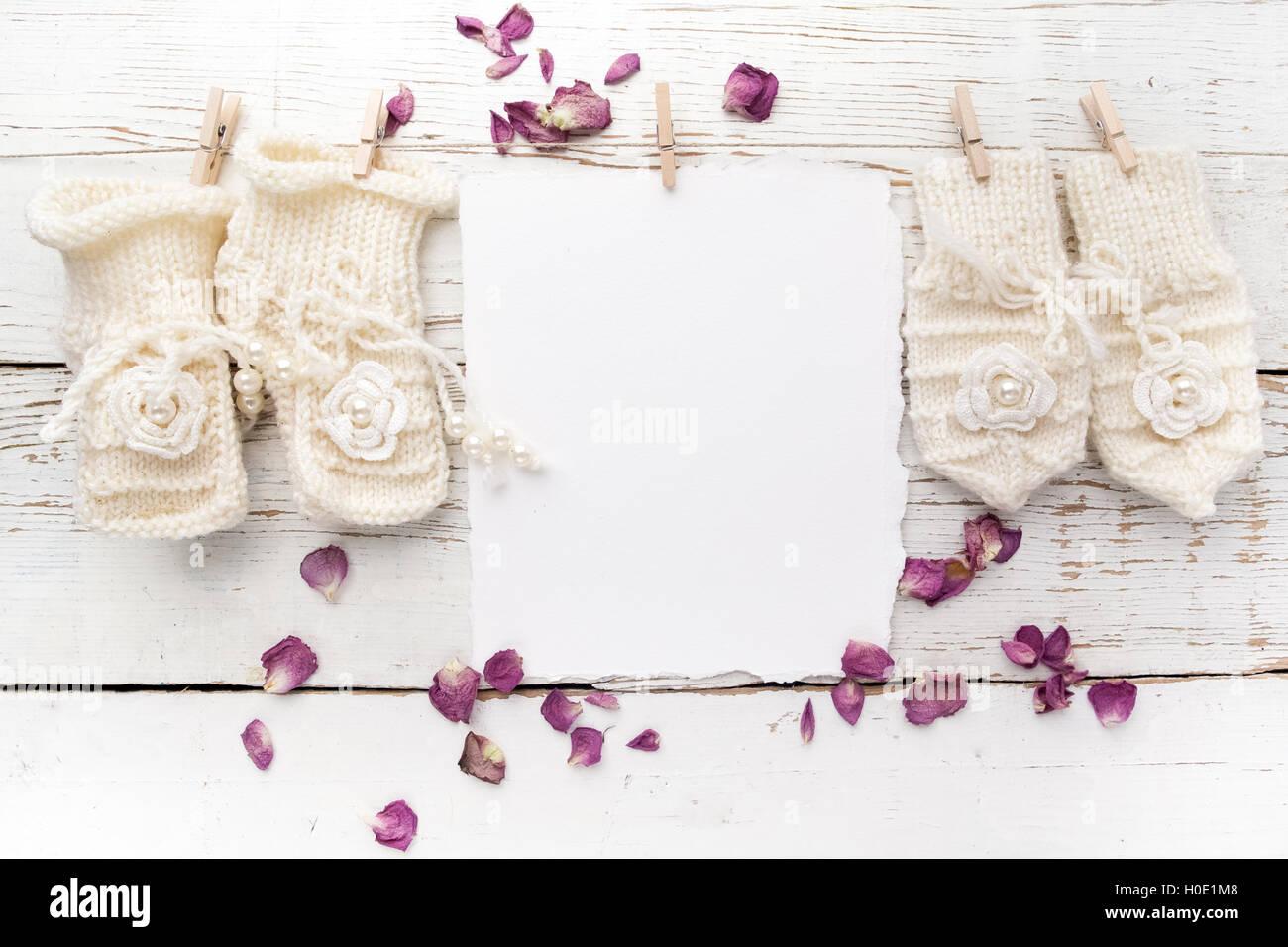 59dfcf4f84761 Nouvelle naissance ou baptême Carte de Vœux. Vide avec gants et chaussures  bébé fille blanc sur fond de bois