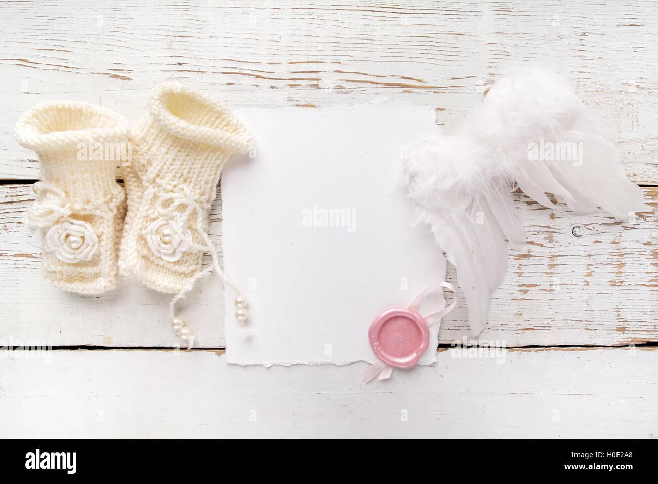 3aa29fe144edd Nouvelle naissance ou baptême Carte de Vœux. Vide avec chaussures bébé fille  et d ailes d ange blanc sur fond de bois