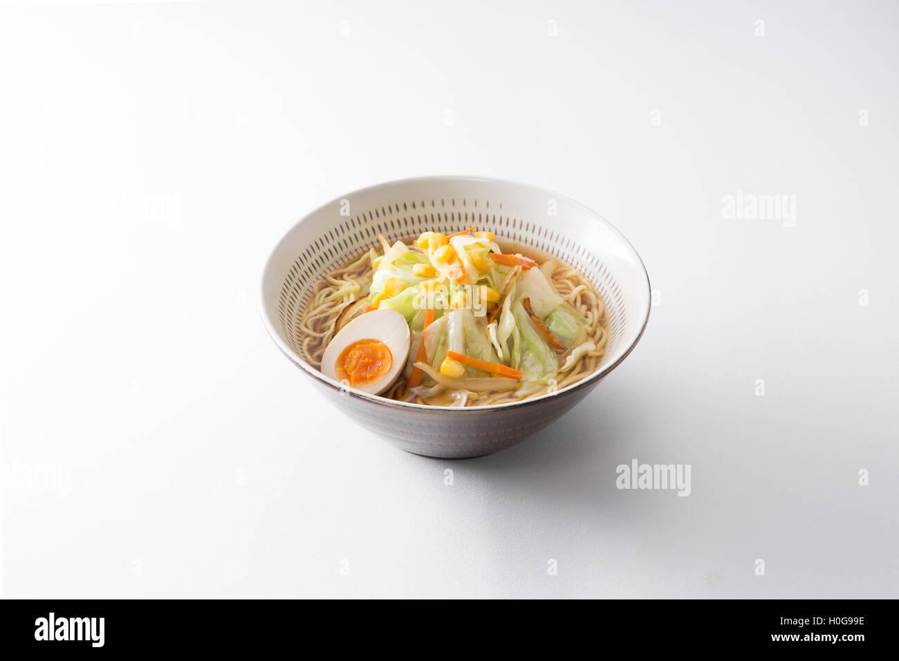 Koishiwara bol ramen japonais grillé avec des œufs, du chou, nouilles et le maïs sur fond blanc Photo Stock