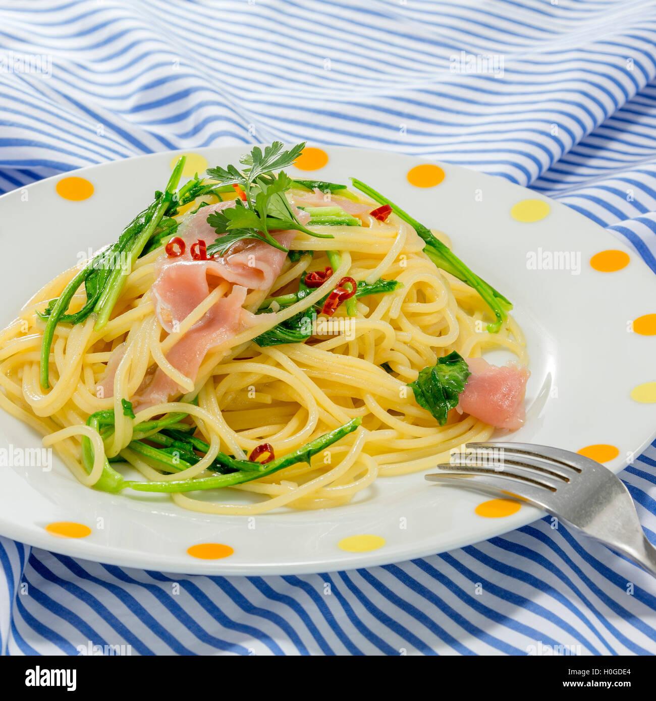 Pâtes et nouilles sautées au porc et légumes sur la nappe Photo Stock