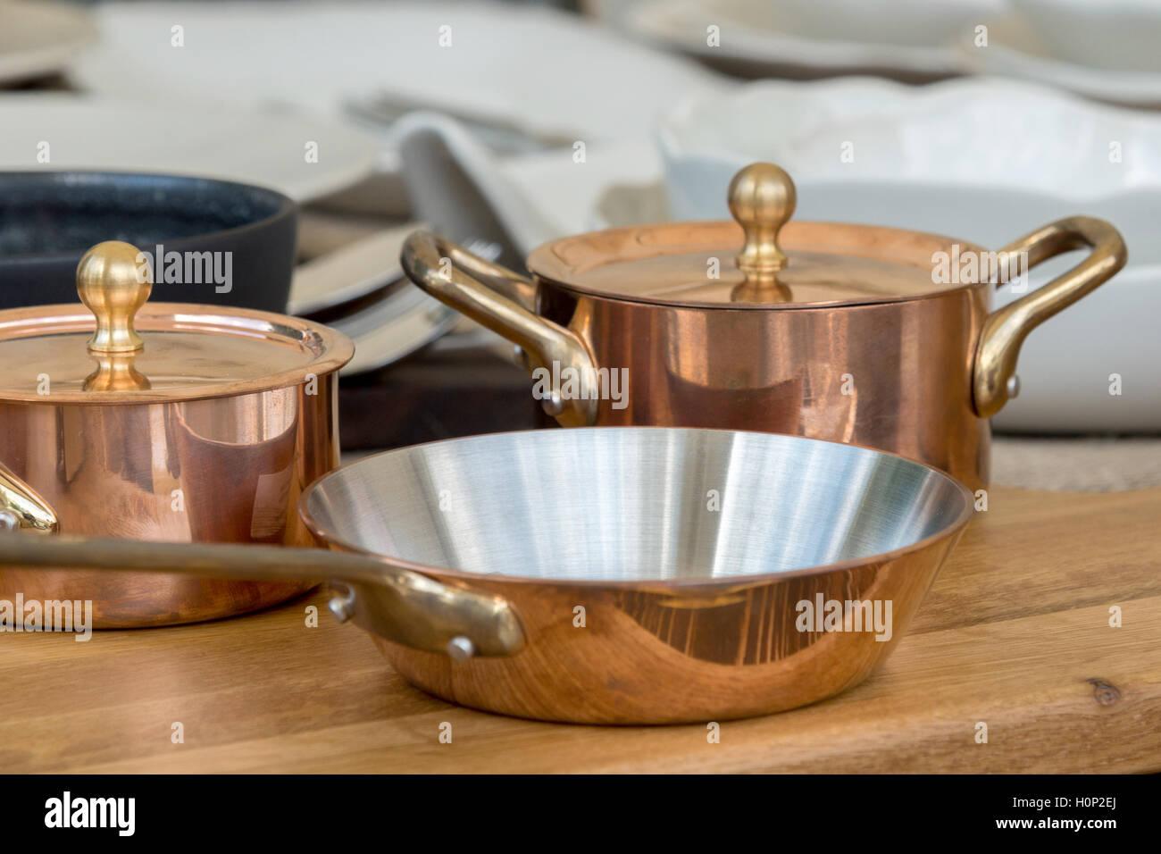 La nouvelle batterie de cuisine en cuivre - les ustensiles de cuisine Photo Stock