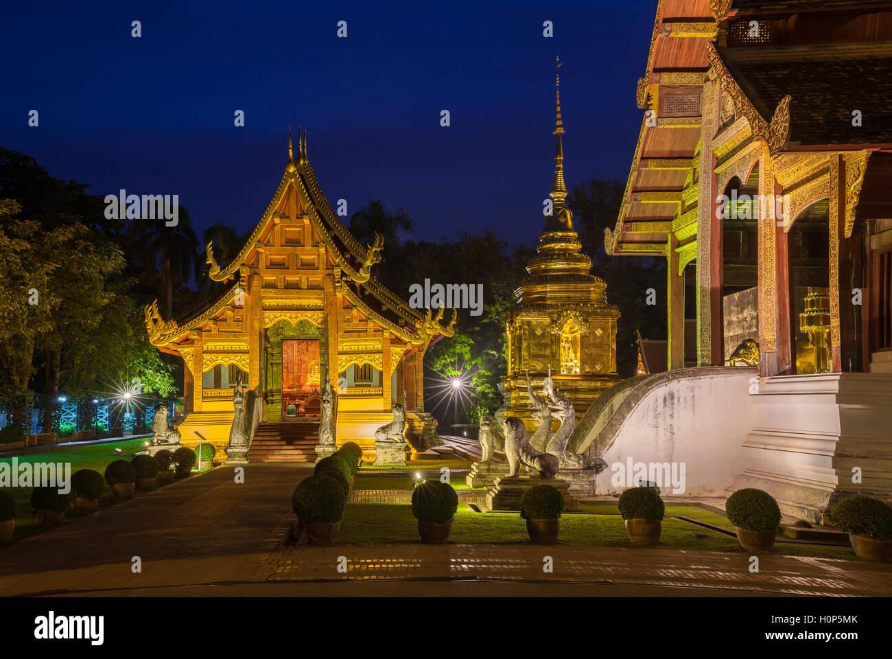 Crépuscule sur le temple Wat Phra Singh, le temple le plus vénéré de Chiang Mai, Thaïlande. Photo Stock