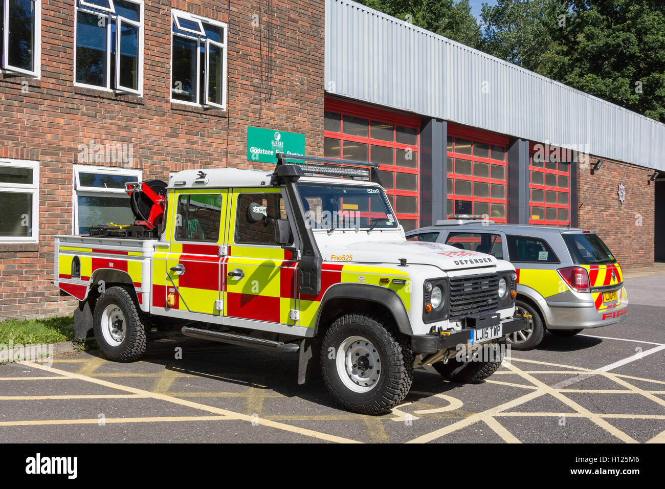 Véhicules d'incendie en dehors de Godstone Fire Station, Godstone, Surrey, Angleterre, Royaume-Uni Photo Stock