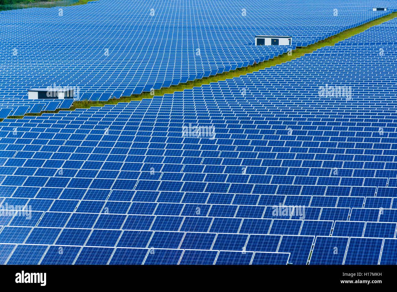 De nombreux panneaux solaires photovolta que font partie d'une grande centrale solaire, Buckendorf, Bavière, Photo Stock