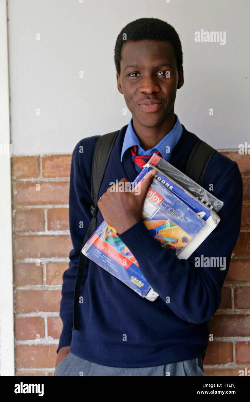 Garçon de l'école en dehors de la classe, l'école de St Marc, Mbabane, Hhohho, Royaume du Photo Stock