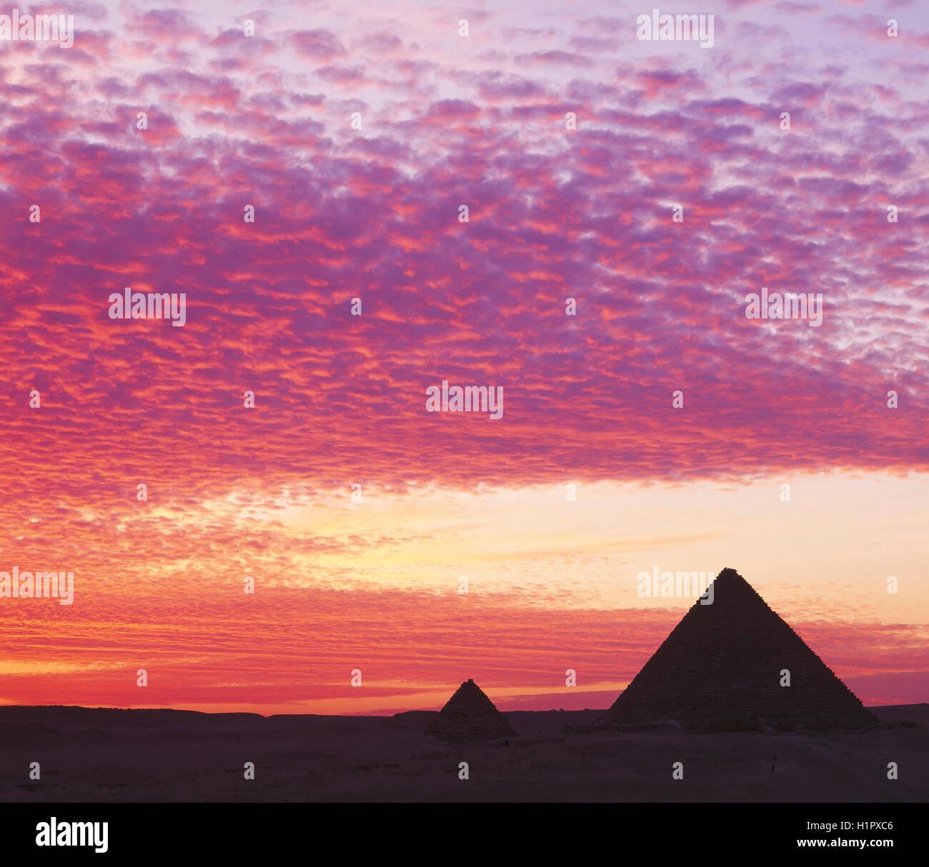Pyramides au coucher du soleil, Gizeh, Le Caire, Égypte. Photo Stock