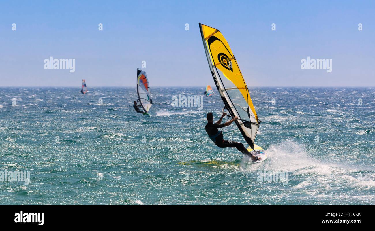 Tarifa, Costa de la Luz, Province de Cadiz, Andalousie, Espagne du sud. La planche à voile. Tarifa est surnommée Photo Stock