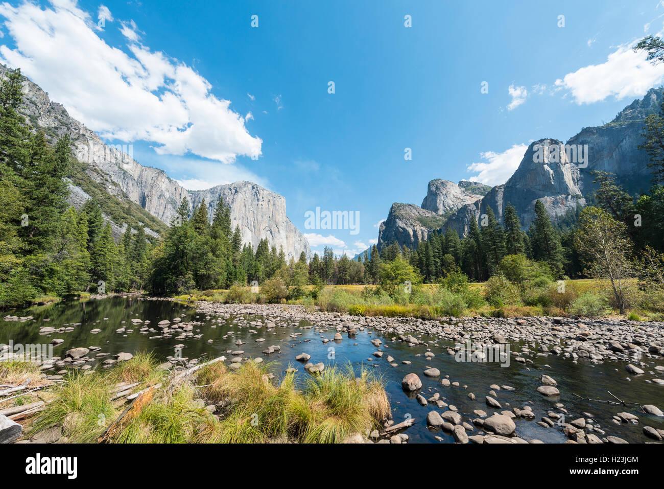 Vue sur la vallée, vue d'El Capitan et la rivière Merced, Yosemite National Park, California, USA Banque D'Images