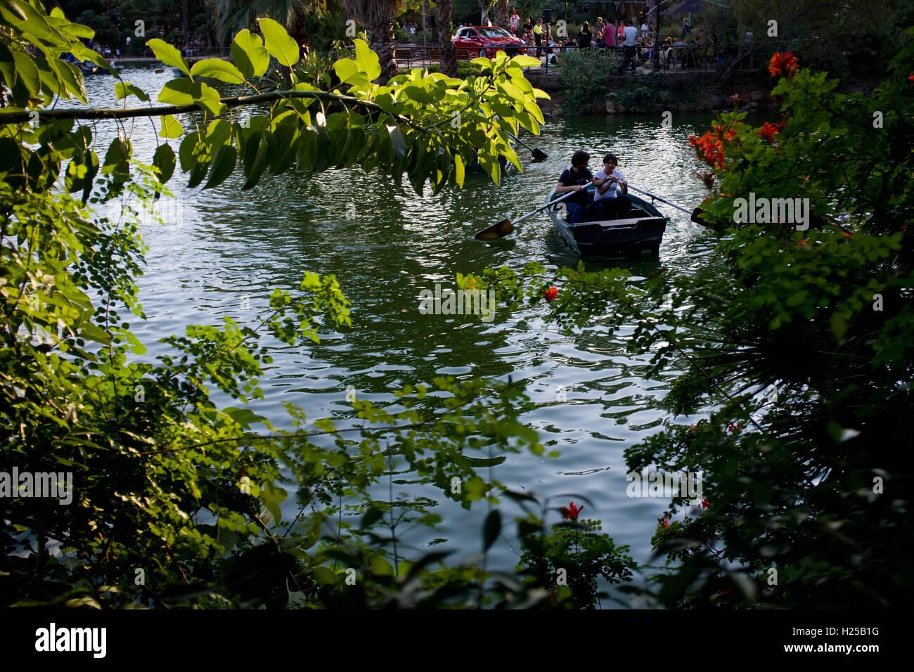 Barcelone, Catalogne, Espagne. Sep 24, 2016. Un couple profitez d'un bateau de plaisance au parc de la Ciutadella de Barcelone. © Jordi Boixareu/ZUMA/Alamy Fil Live News Banque D'Images