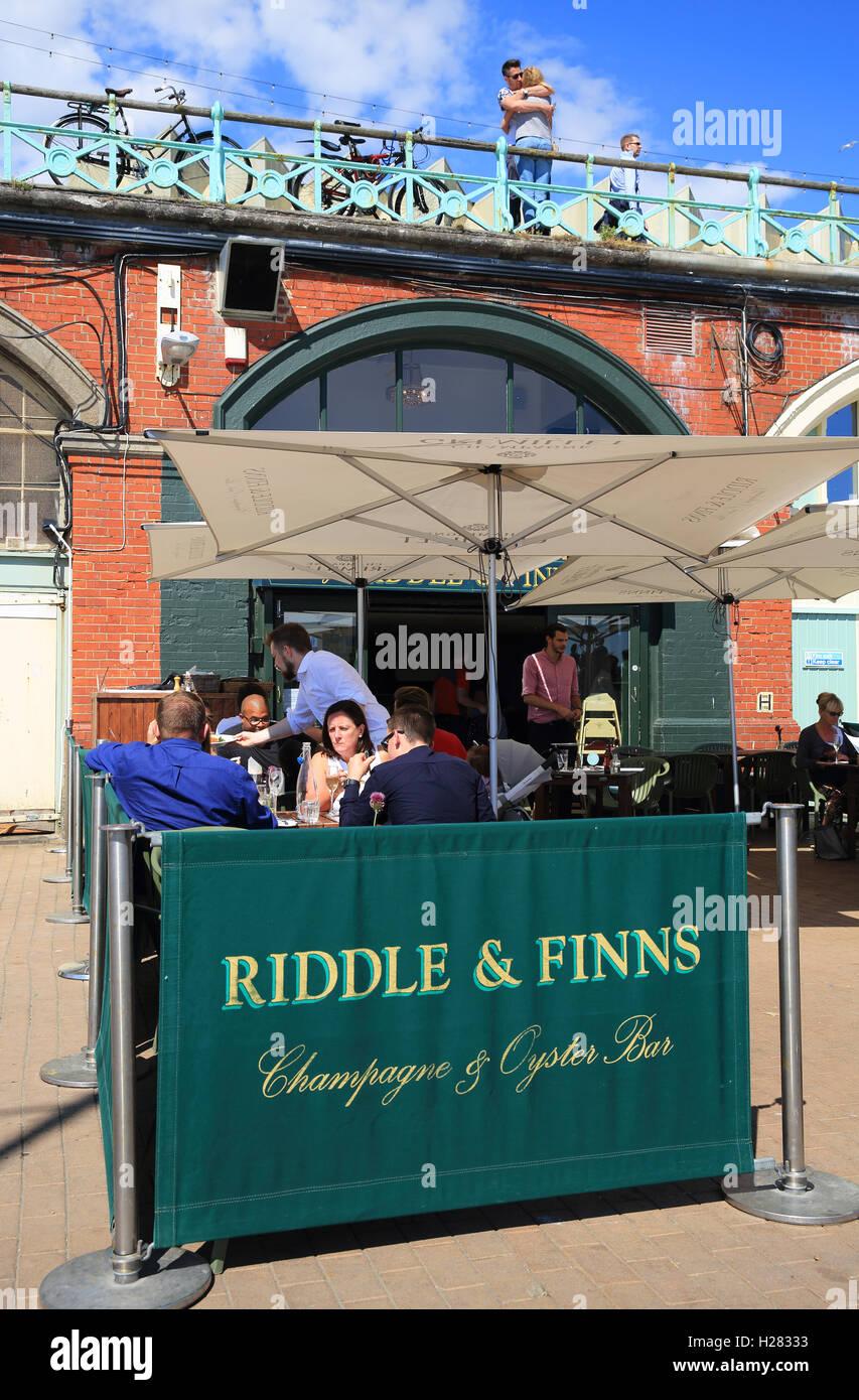 Riddle & finlandais sur la plage, servant des plats de fruits de mer, sur le front de mer de Brighton, East Sussex, England, UK Banque D'Images
