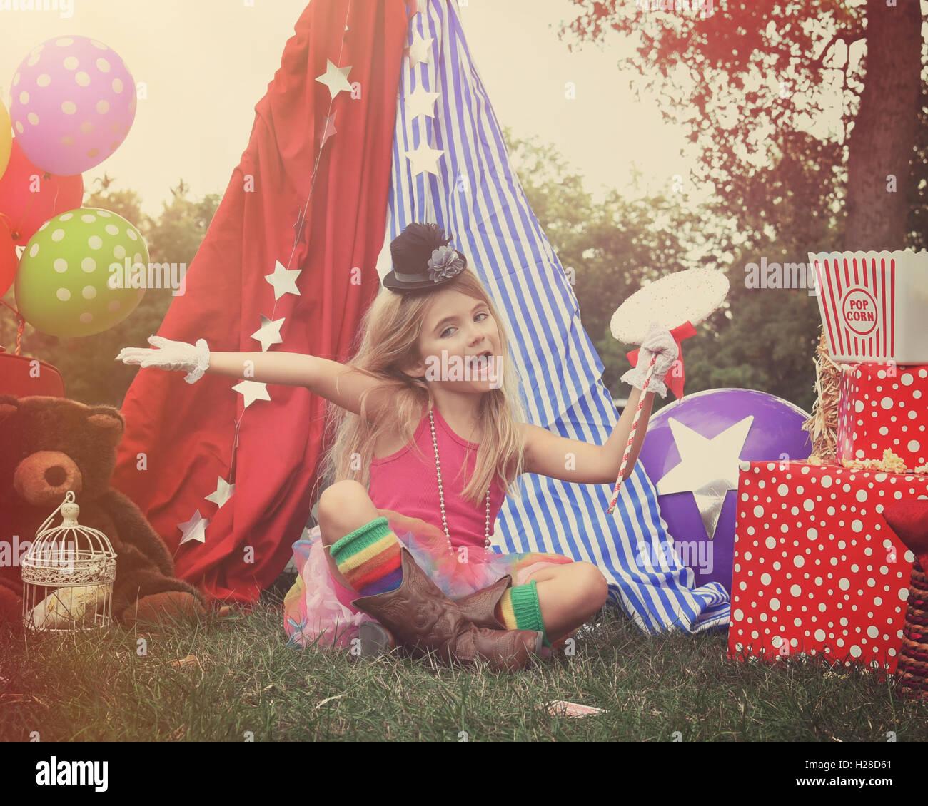 Un petit enfant fait semblant de pratiquer à un arrière-plan le thème du cirque avec des ballons pour une partie de l'imagination, l'art ou anniversaire con Banque D'Images