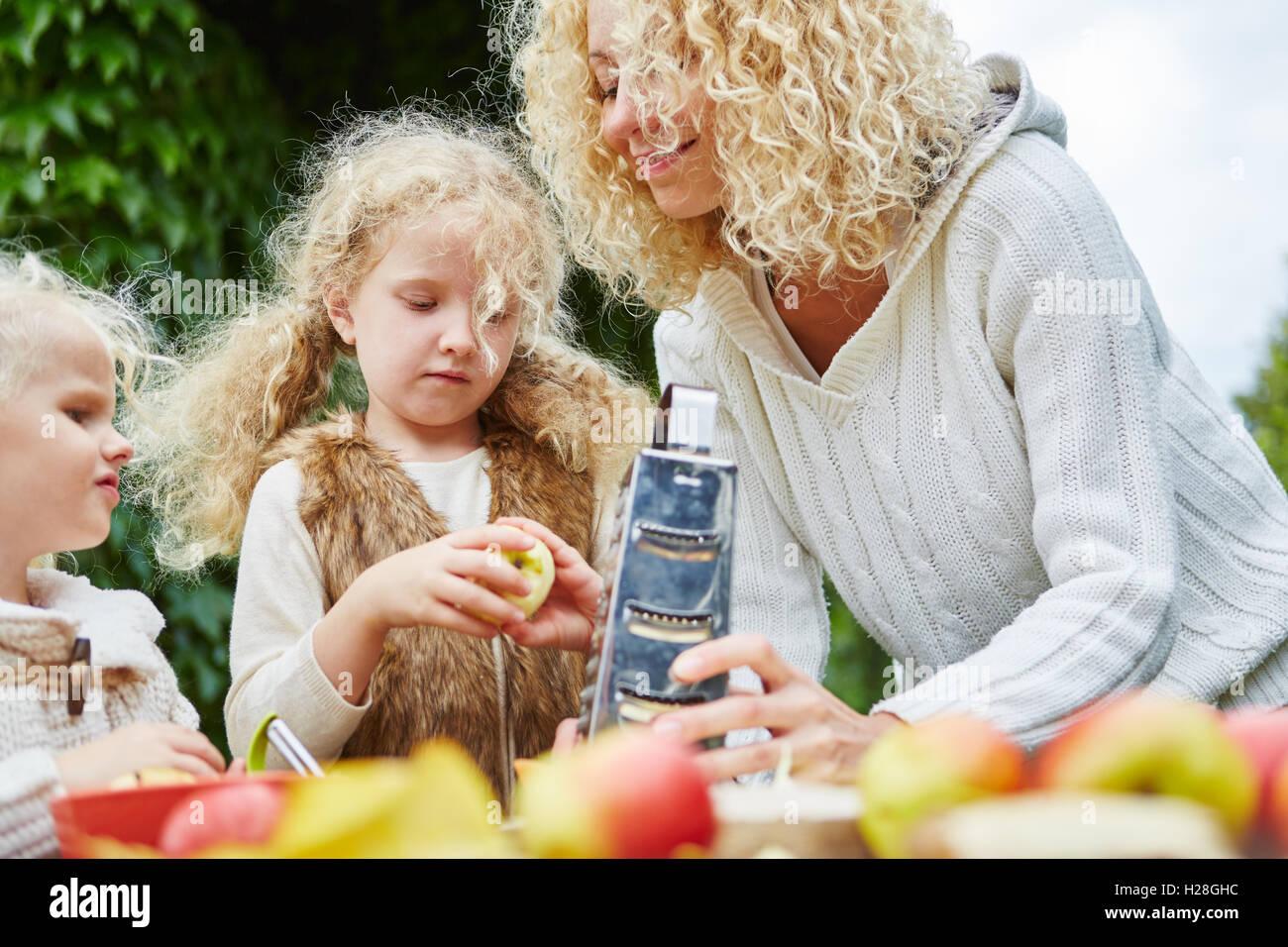 Frottez les pommes pour la pâtisserie familiale un gâteau ensemble Photo Stock