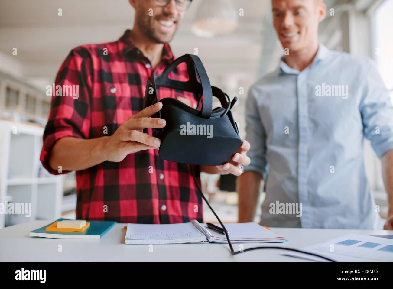 Photo de deux hommes en utilisant des lunettes de réalité virtuelle dans le bureau. Partenaires d'affaires Photo Stock