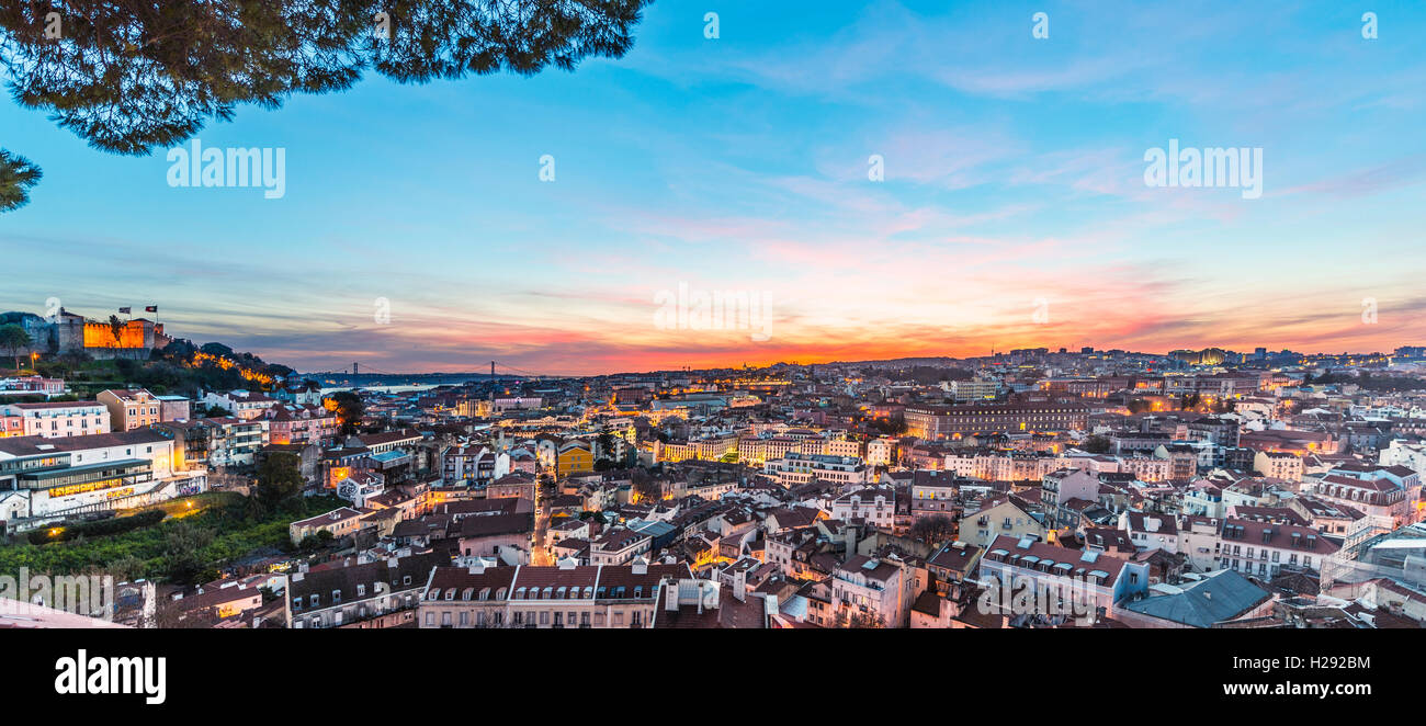 Vue sur Lisbonne, le château São Jorge, le coucher du soleil, point de vue de Graça, Lisbonne, Portugal Photo Stock