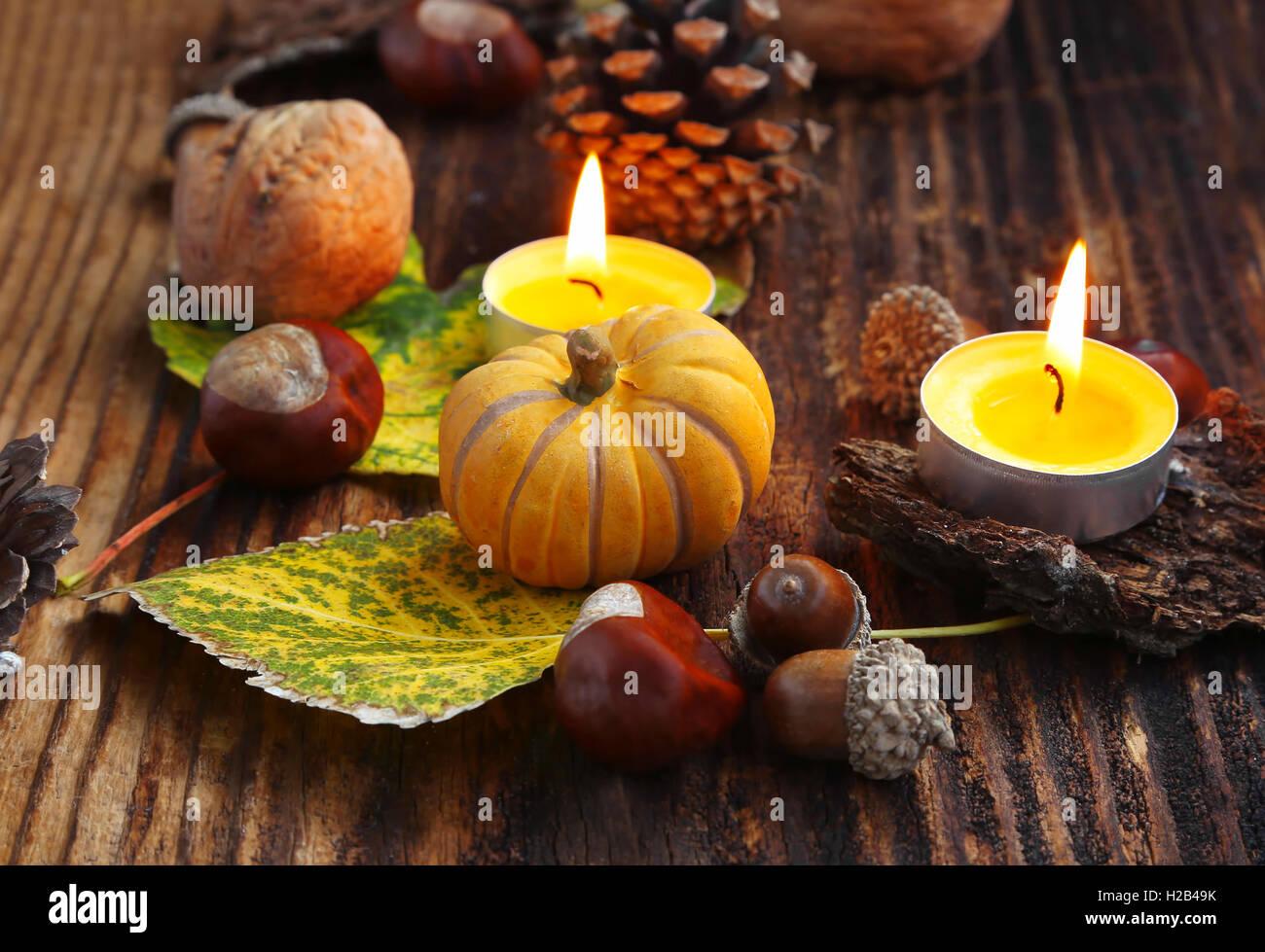 d corations d 39 automne avec des citrouilles des bougies allum es les ch taignes les noix les. Black Bedroom Furniture Sets. Home Design Ideas