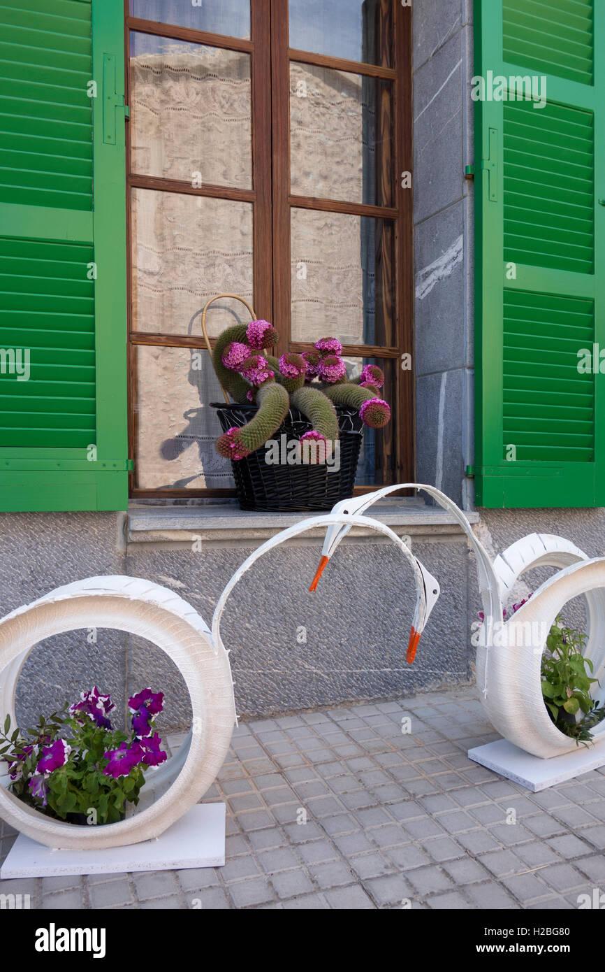 Pot De Fleur Avec Des Pneus pneus recycl�s utilis�s comme pots de fleurs banque d'images
