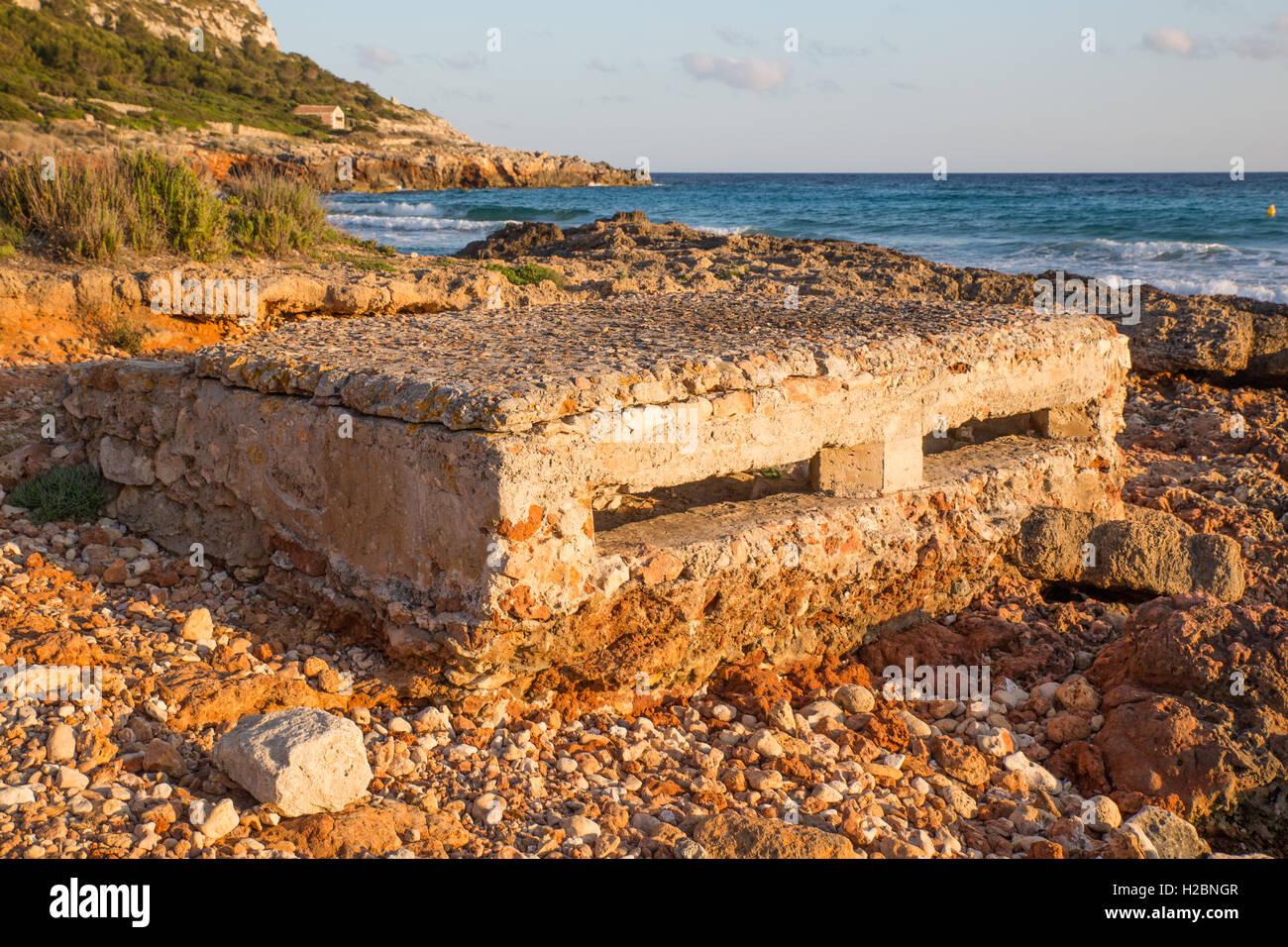 La défense côtière casemate sur plage de Son Bou Minorque Photo Stock