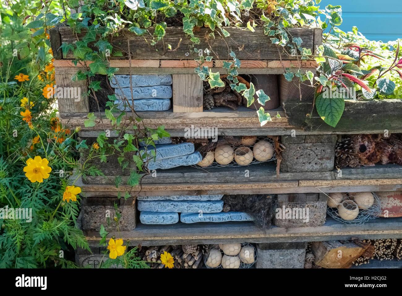 Un Joli Bug Hotel Fabrique A Partir De Palettes En Bois Pour