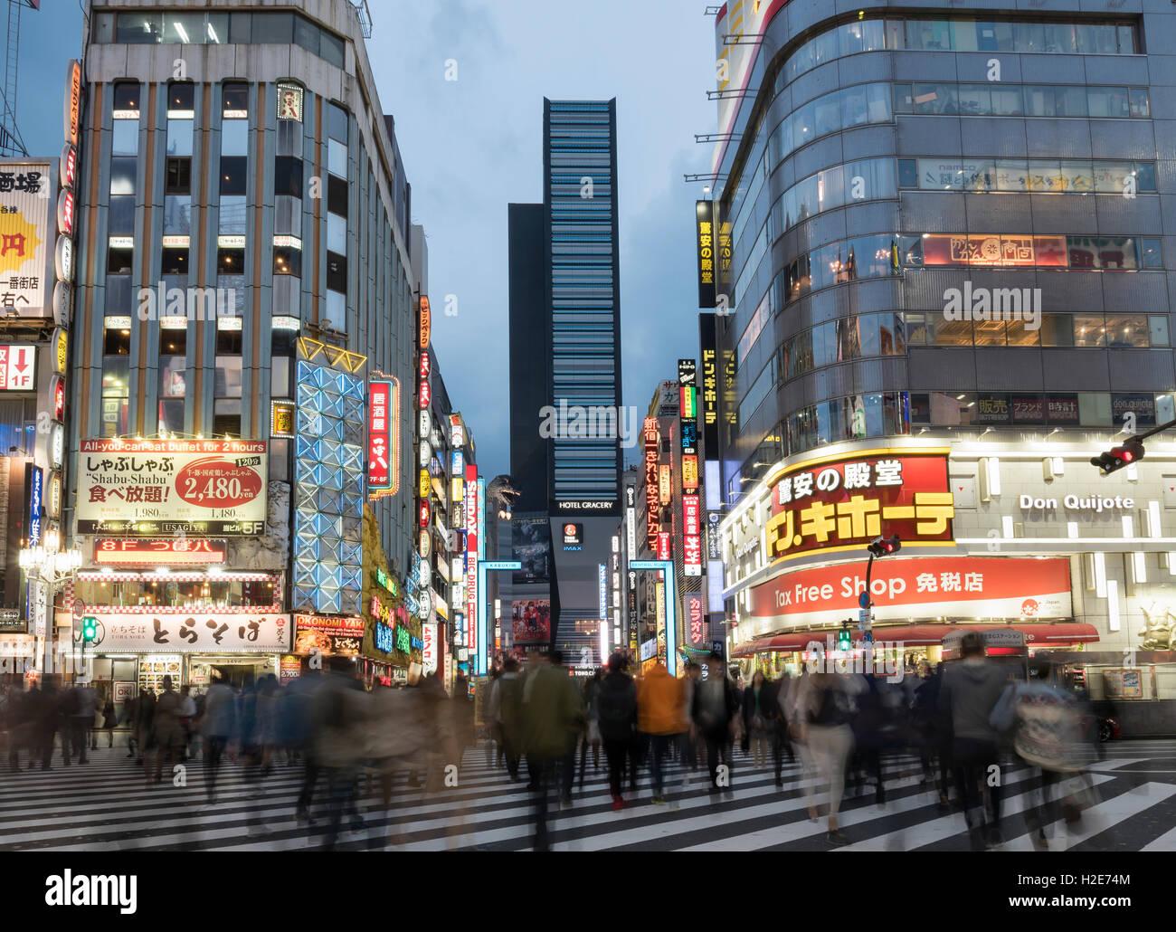 À la tombée de la traversée, Kabukicho, Shinjuku, Tokyo, Japon Photo Stock
