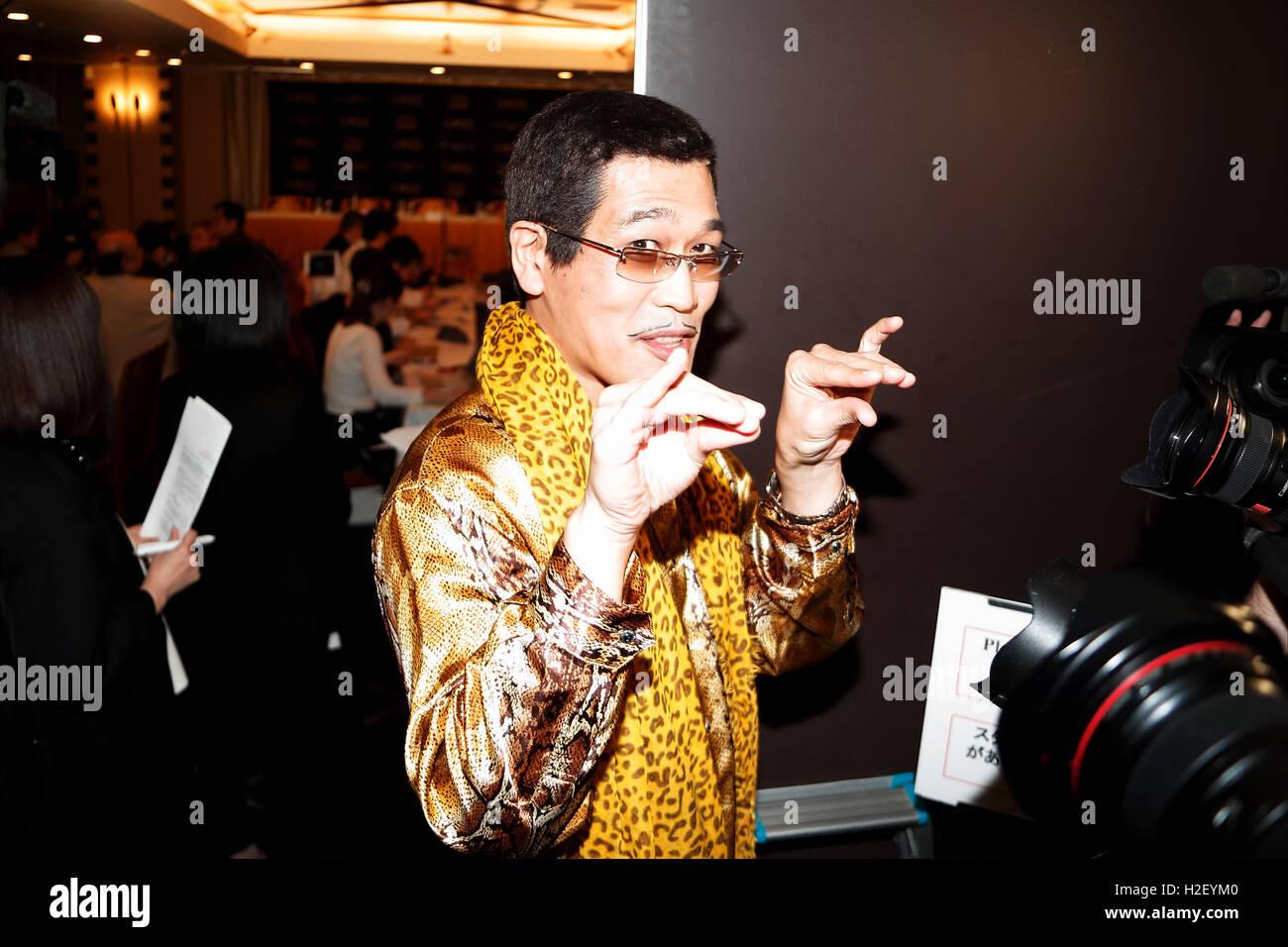 Tokyo, Japon. 28 Oct, 2016. Le comédien japonais Pikotaro Piko (Taro) pose pour les caméras au Club des Photo Stock