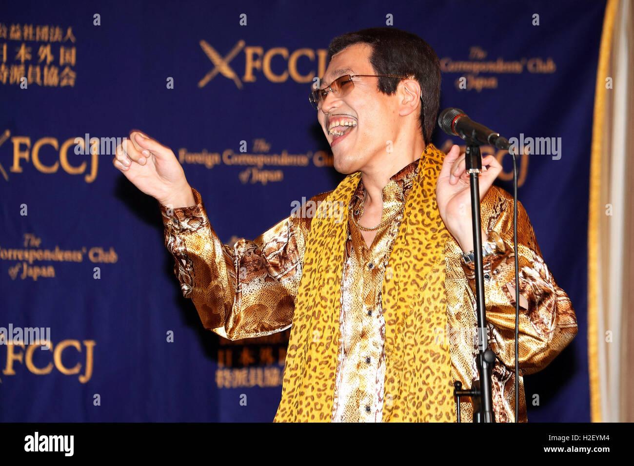 Tokyo, Japon. 28 Oct, 2016. Le comédien japonais (Pikotaro Taro Piko) effectue au cours d'une conférence Photo Stock