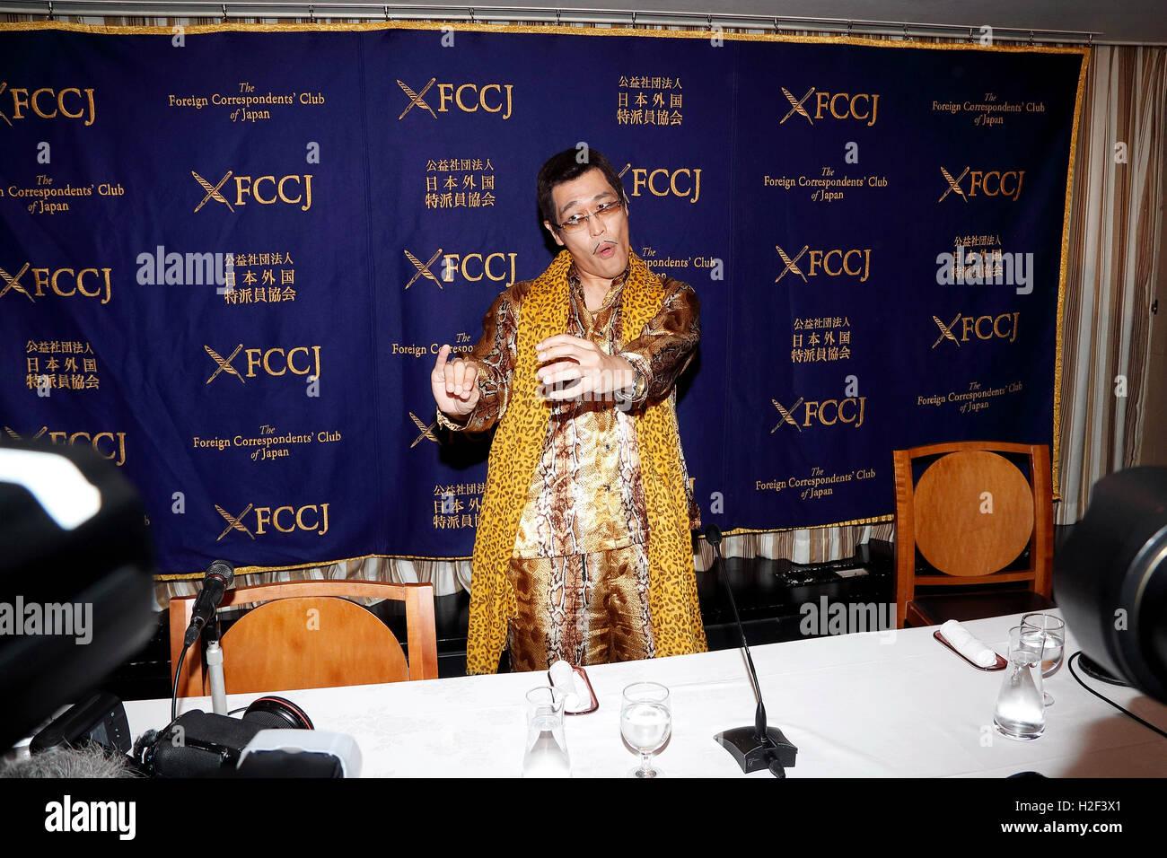 Tokyo, Japon. 28 octobre, 2016. Le comédien japonais Pikotaro Piko (Taro) pose pour les caméras au Club Photo Stock