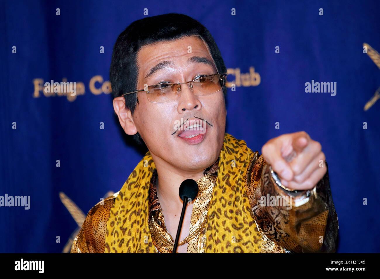 Tokyo, Japon. 28 octobre, 2016. Le comédien japonais Pikotaro Piko (Taro) prend la parole lors d'une conférence Photo Stock