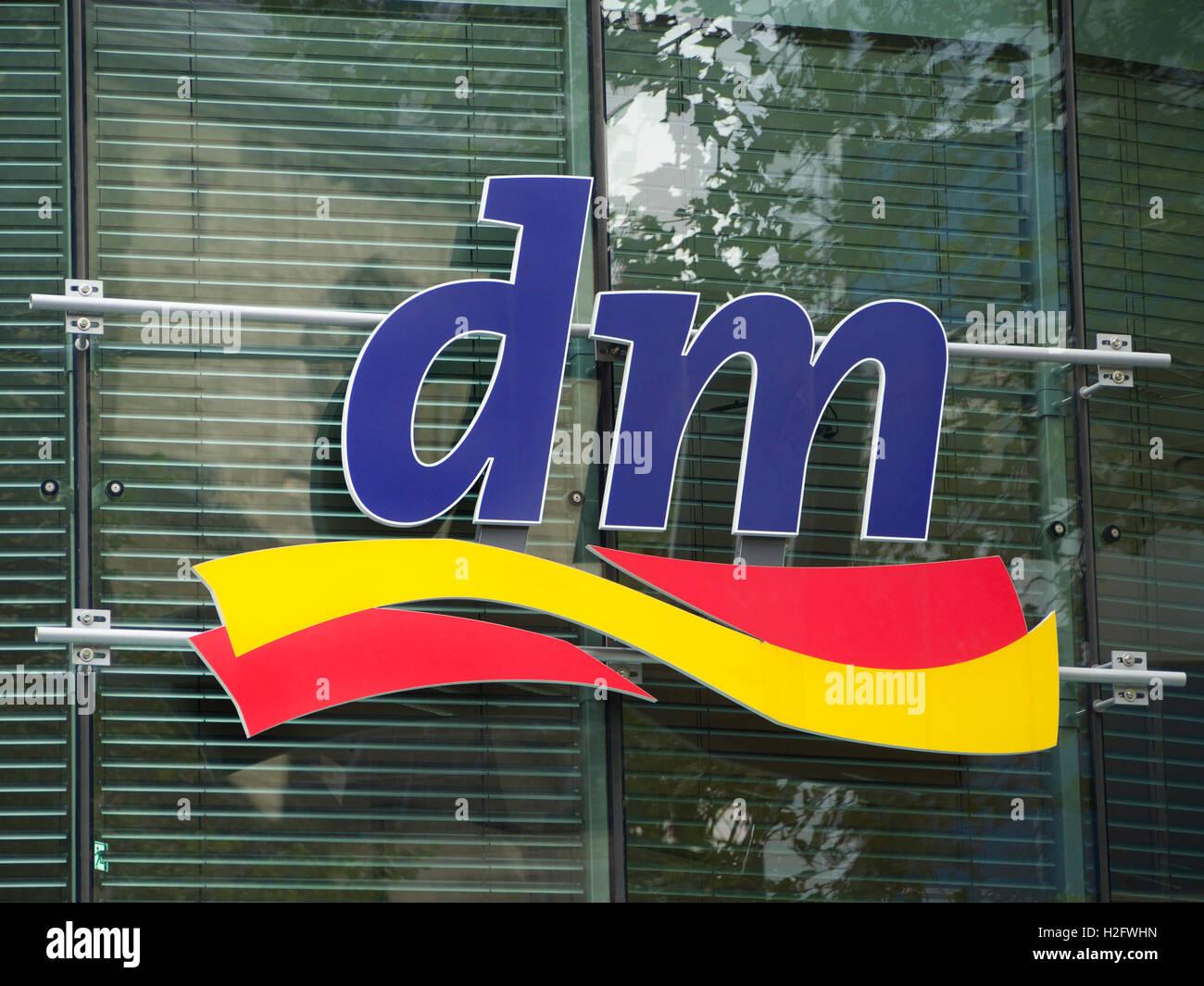 Détaillant allemand DM Drogerie Markt drug store logo. Cologne, Allemagne  Photo Stock 1f365a66aaef