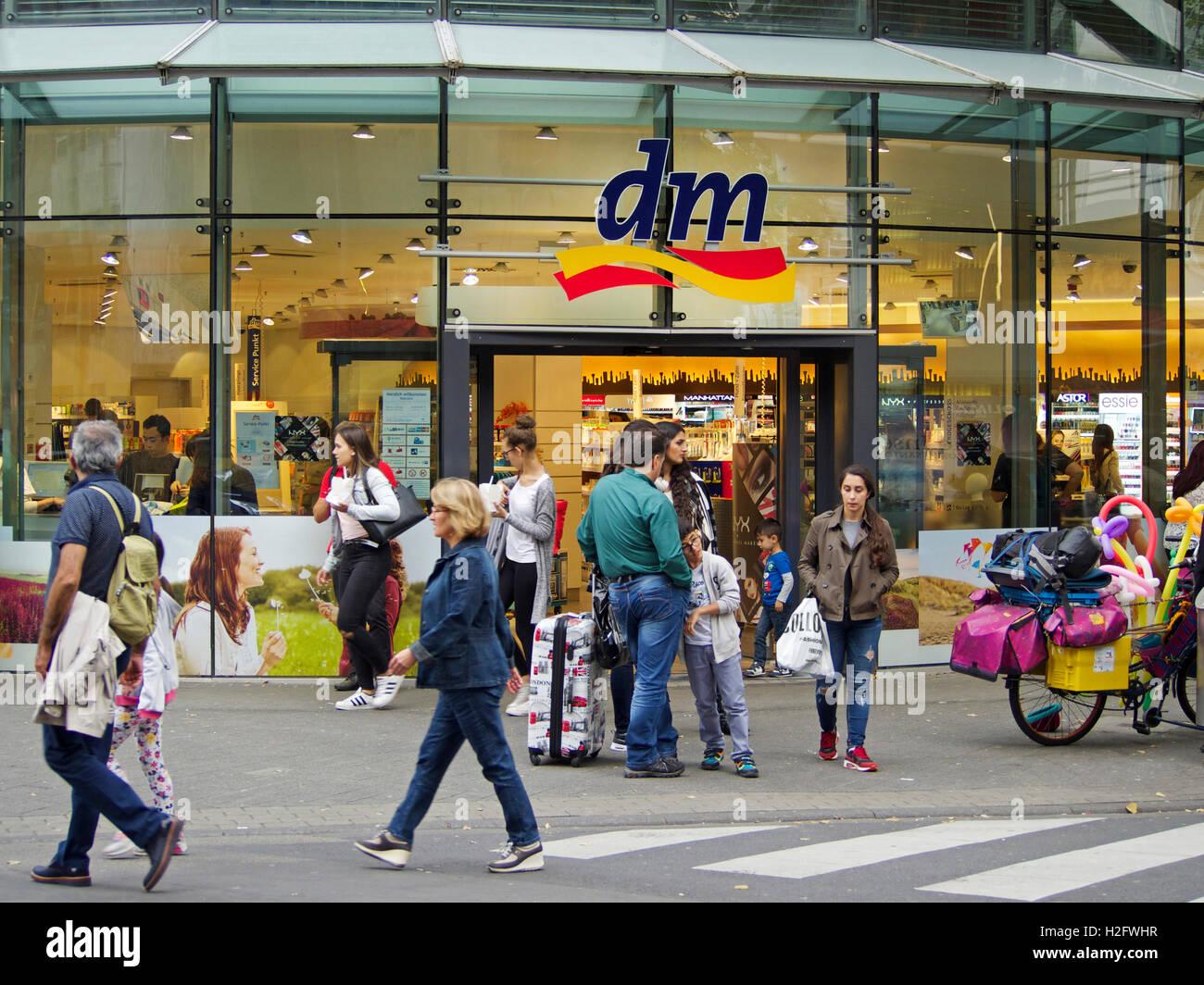 Détaillant allemand DM Drogerie Markt shop chaîne à Cologne, Allemagne  Photo Stock a105b3e87a8d