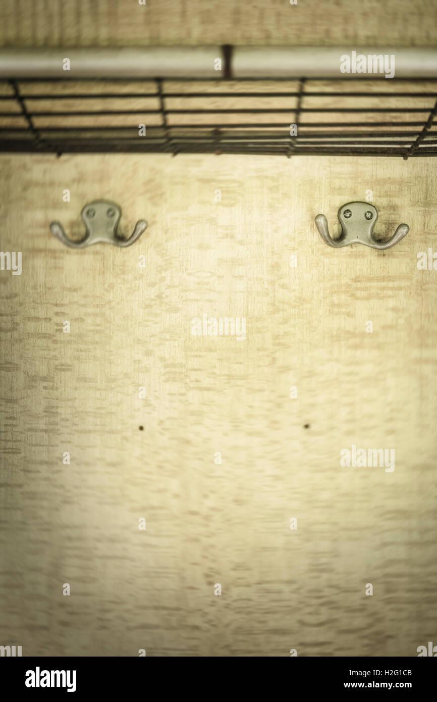 Cintres vides dans ancienne rétro wagon. Vintage transport. Mur avec copie espace. Banque D'Images