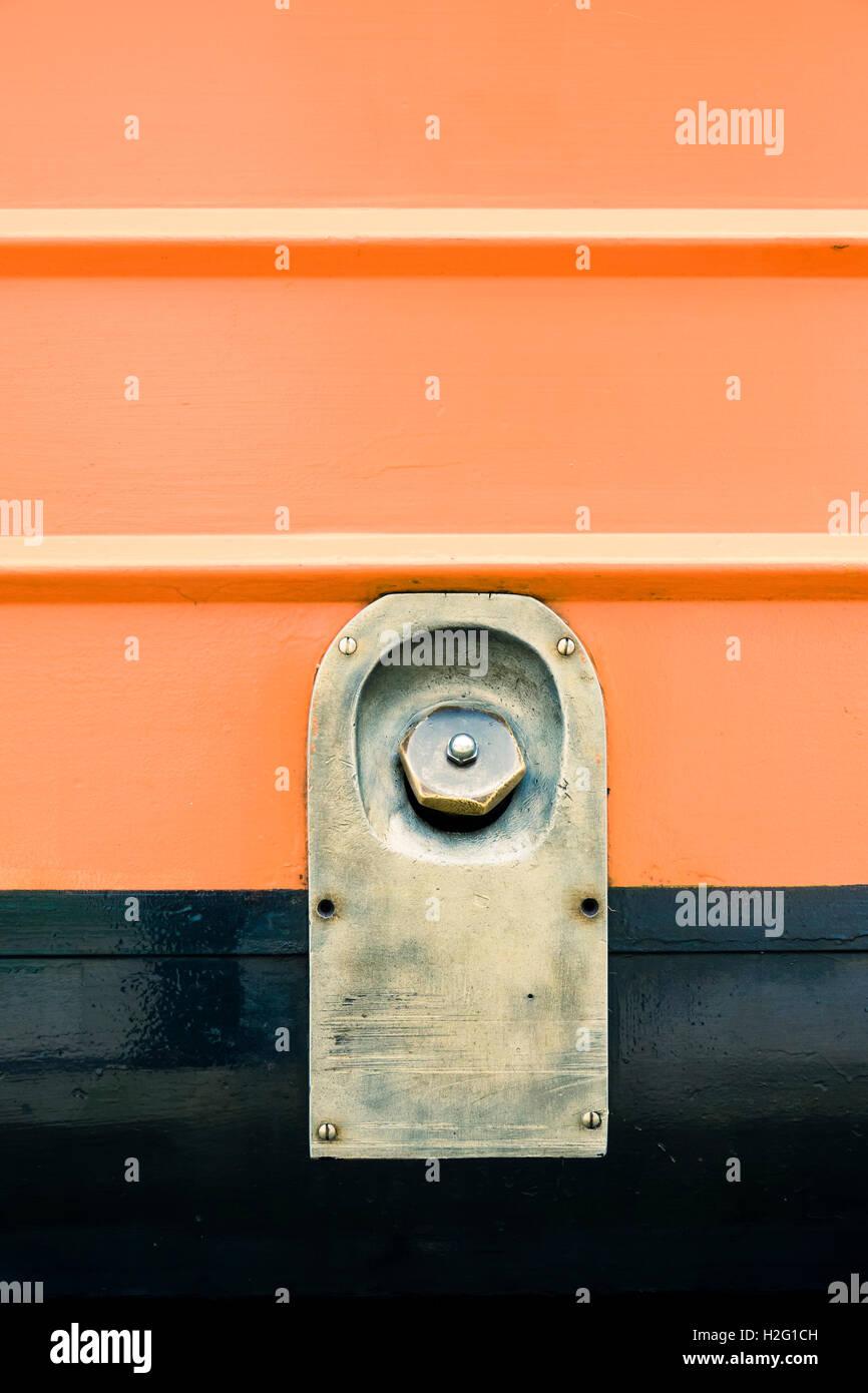 Détail de l'ancienne gare avec moteur couvercle de réservoir de carburant. Arrière-plan de fer rouge vintage locomotive. Banque D'Images