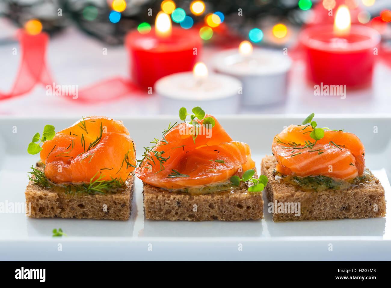 Délicieux apéritif canapés de pain noir avec du saumon fumé pour les vacances Photo Stock
