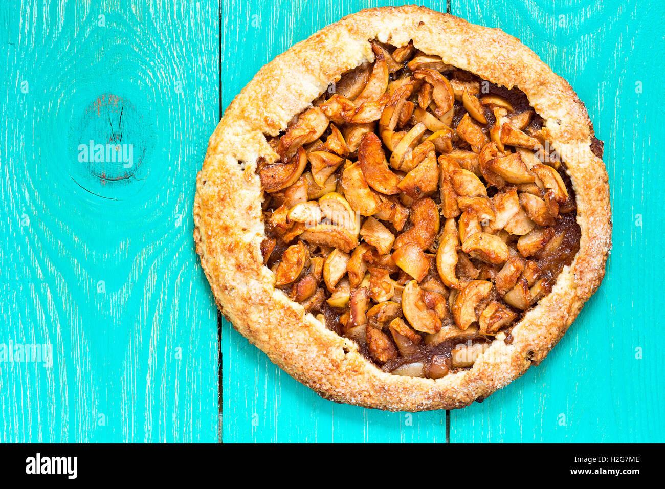 Tarte aux pommes bio faits maison vue du haut. Dessert d'automne galette de pomme, de cannelle et autres épices Photo Stock