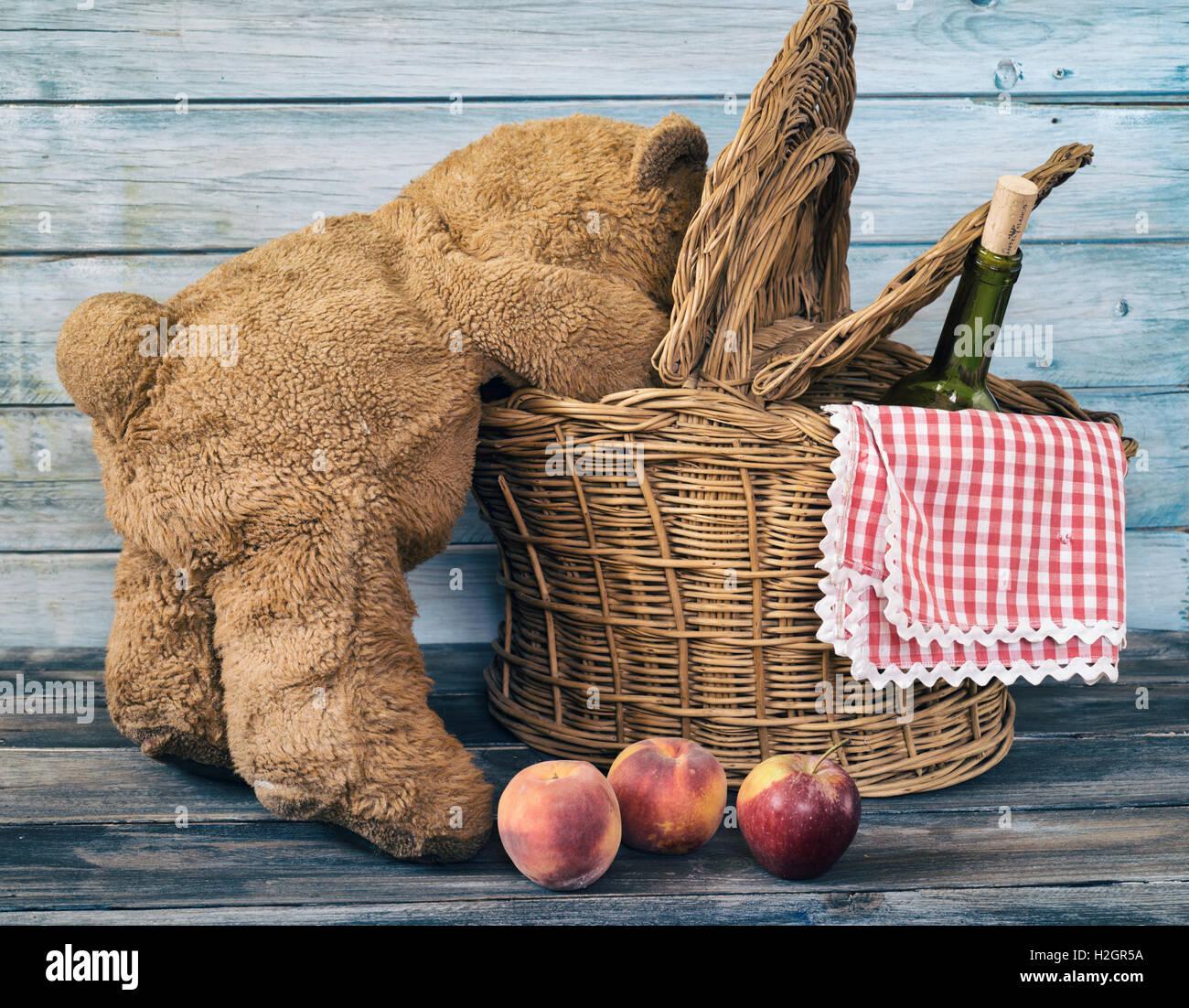 Le snooping ours à l'intérieur d'un panier de pique-nique Photo Stock