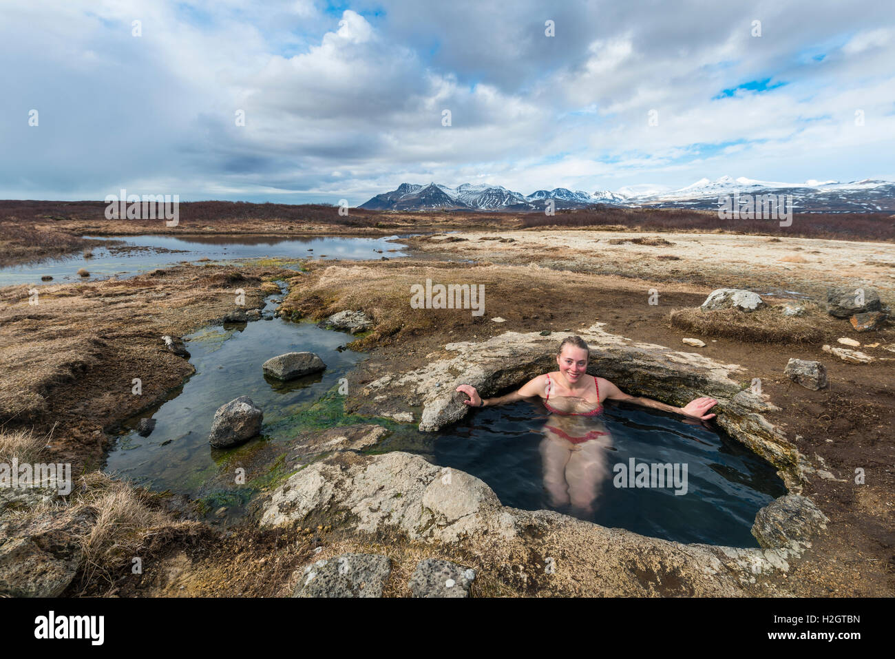 Young woman in Hot spring, l'Eyjar og Miklaholt, Région de l'Ouest, l'Islande Photo Stock