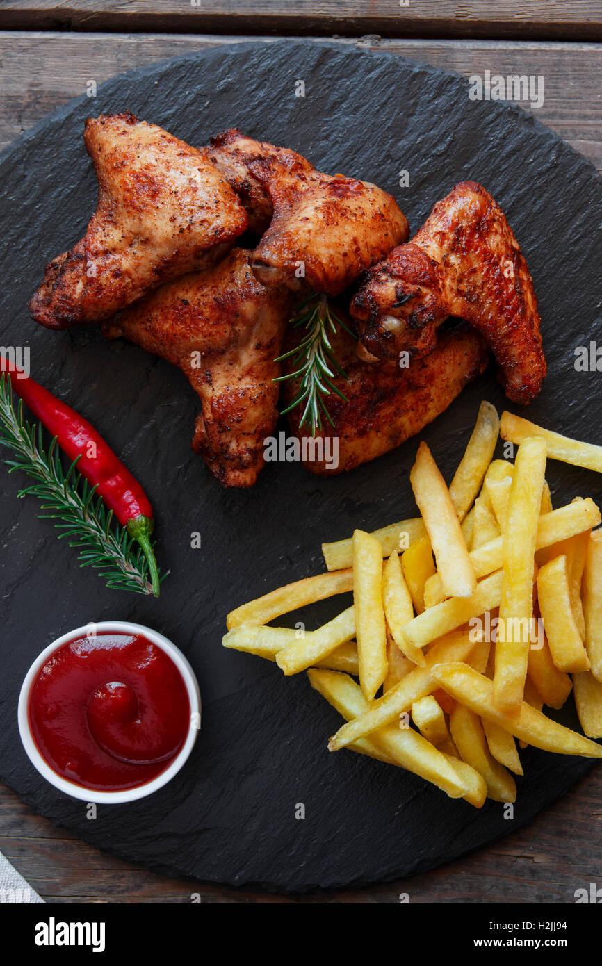 Ailes de poulet rôti frites frites et sauce Photo Stock