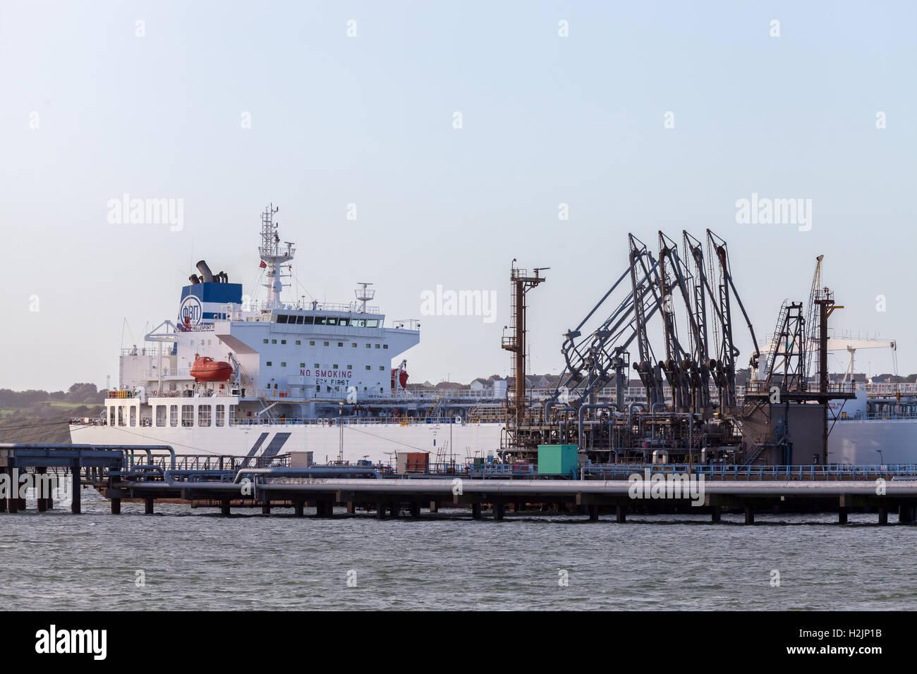Les pétroliers à l'Valero jetées sur Milford Haven, Pembroke Banque D'Images