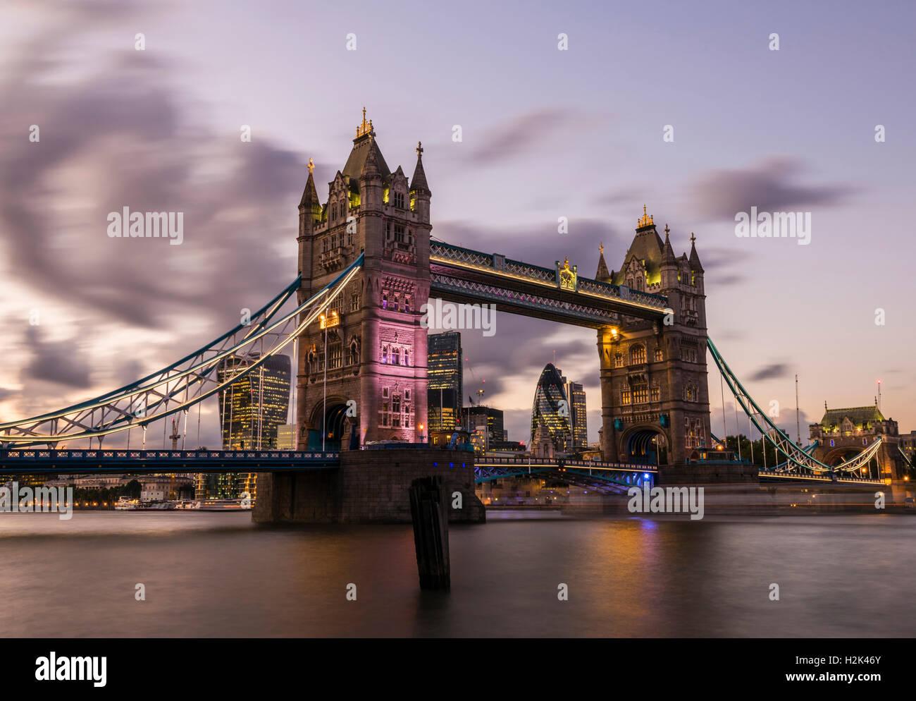Lumières et bateaux capturés au coucher du soleil autour de Tower Bridge, London, UK Photo Stock