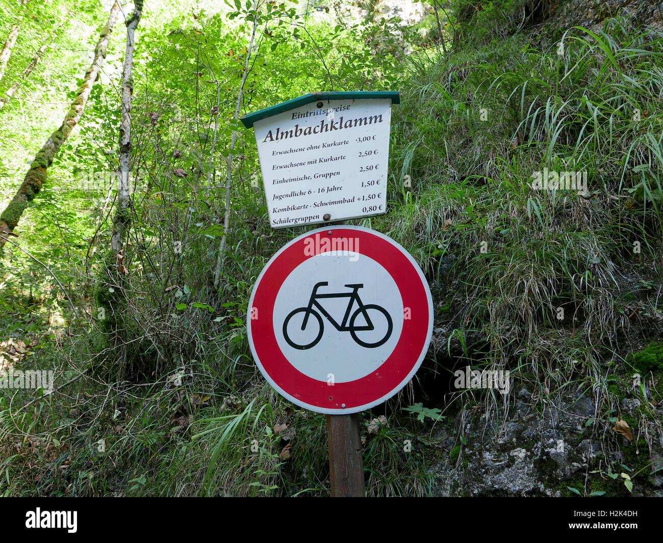 Le parc national de Berchtesgaden Bischofswiesen Almbach Canyon Gorges Sigmund-thun klamm signer Bavière Allemagne Europe. Tableau des frais d'entrée, pas de bicy Banque D'Images