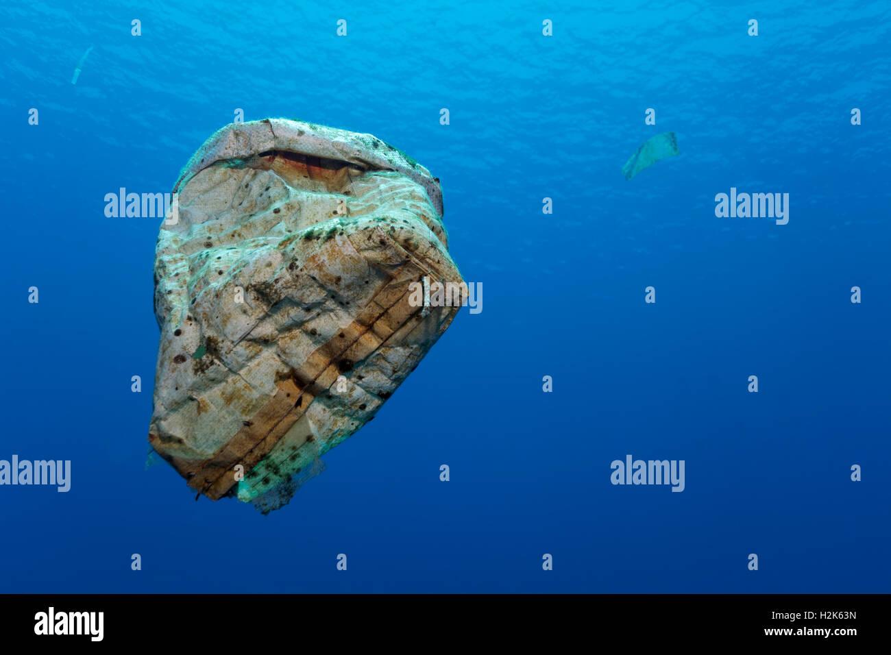 Les déchets plastiques flottant dans la mer ouverte, l'île de l'archipel de Wakatobi, Tukangbesi, Photo Stock