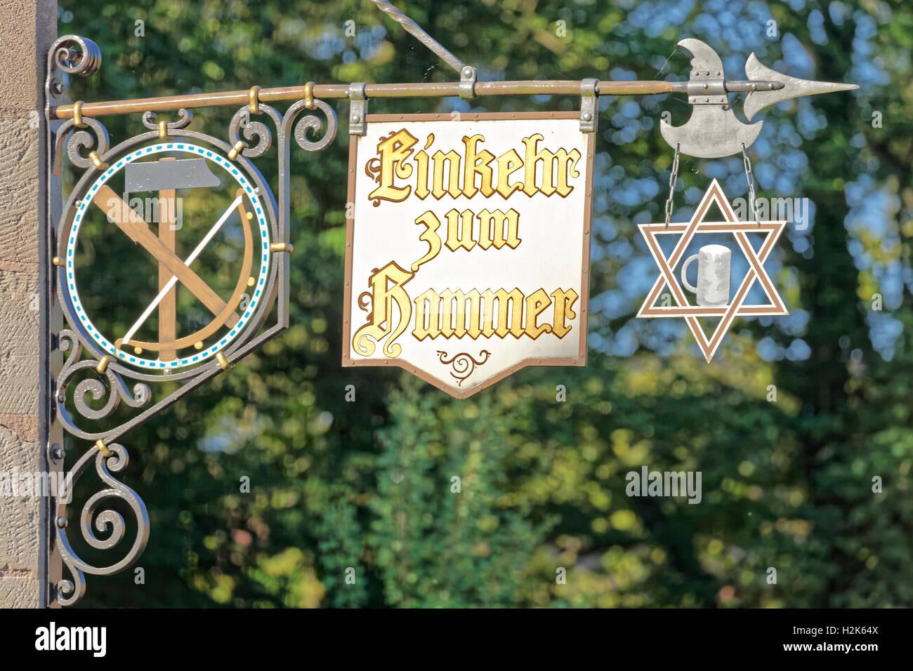 Panneaux avec l'inscription la contemplation de taverne, marteau, Marteau usine historique Laufamholz, Nuremberg, Photo Stock
