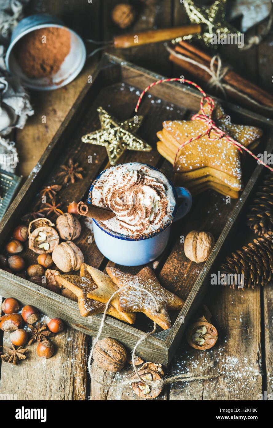 tasse de chocolat chaud avec de la cr me fouett e poudre de cacao la cannelle gingerbread. Black Bedroom Furniture Sets. Home Design Ideas