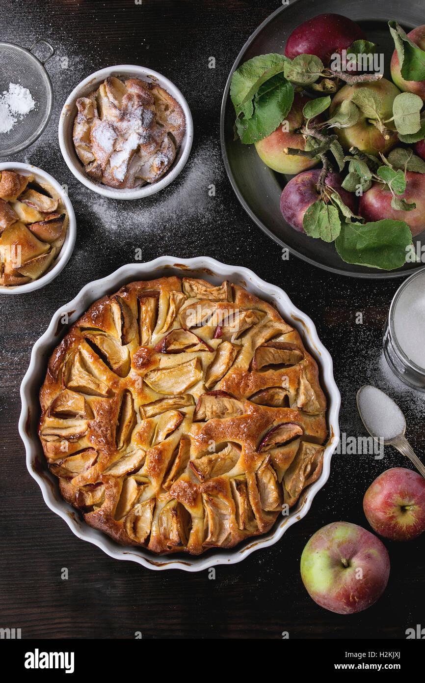 Des petits et gros gâteau aux pommes Tarte en formes en céramique blanche avec des pommes fraîches Photo Stock