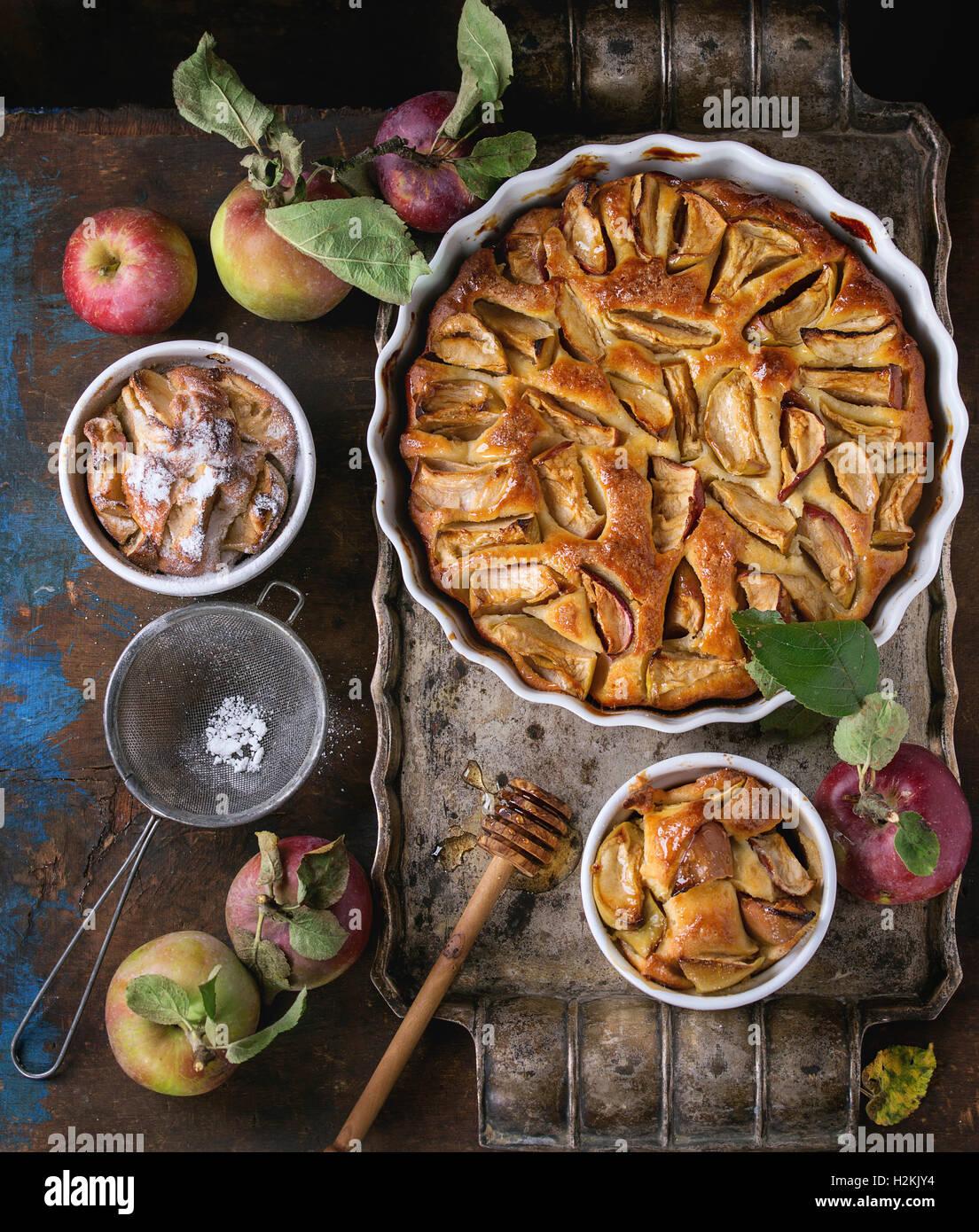 Des petits et gros gâteau aux pommes Tarte en céramique blanche se forme sur le plateau métallique Photo Stock